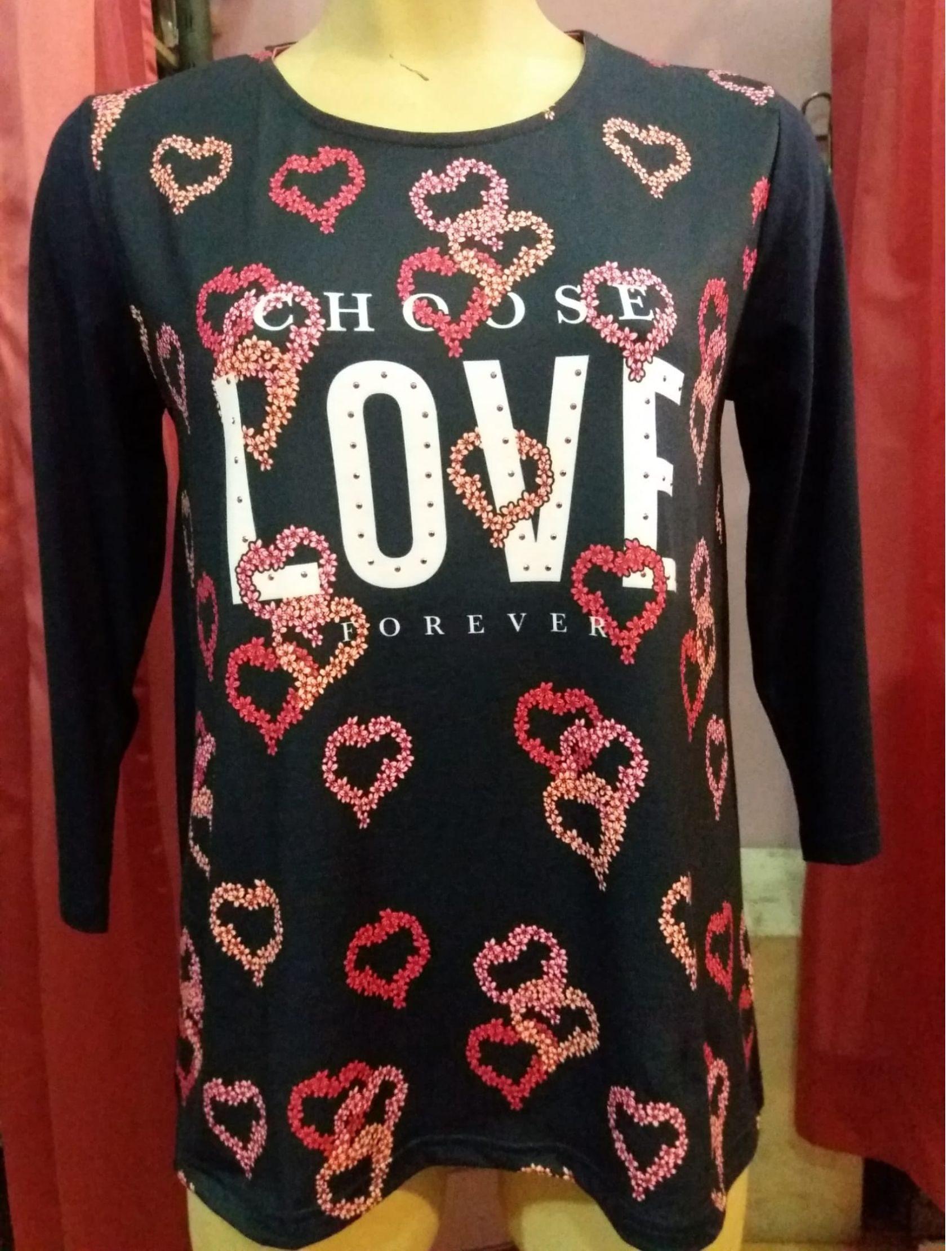 camiseta con estampado de corazones para mujer