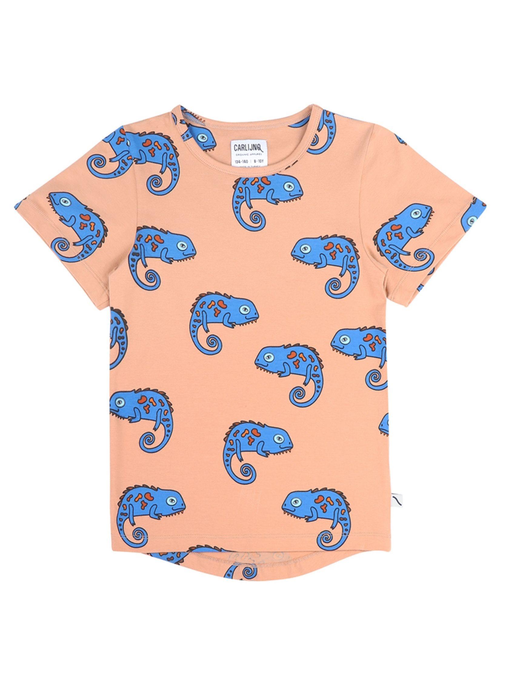camiseta de carlijnq con fondo naranja y estampado de camaleones en azul