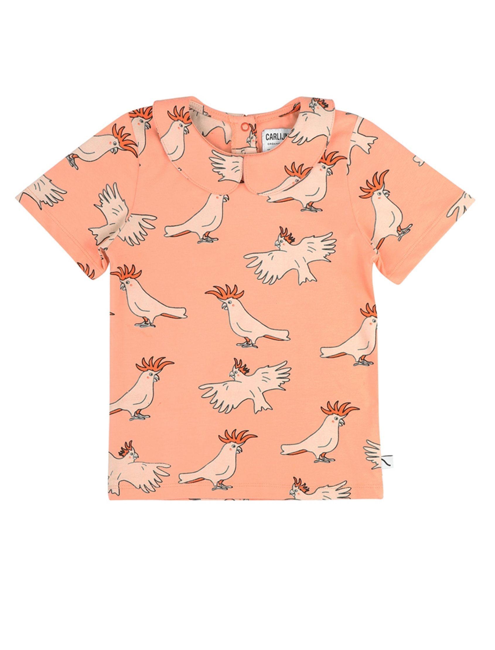 camiseta con volantito en el cuello en tono naranja con estampado de loros