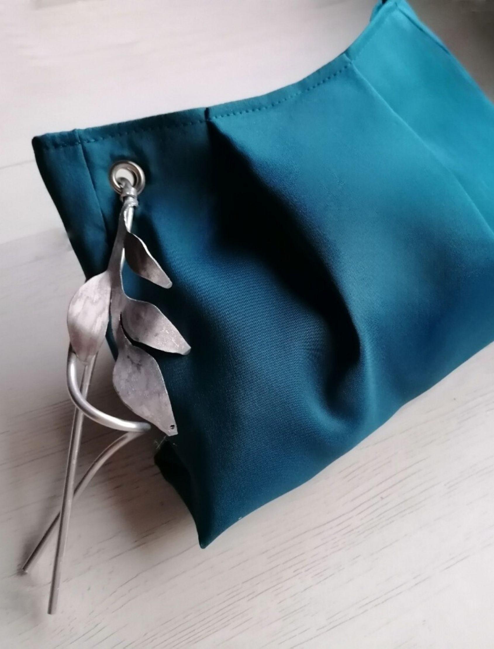 clutch seda en azul petróleo con detalle de abalorio en plata