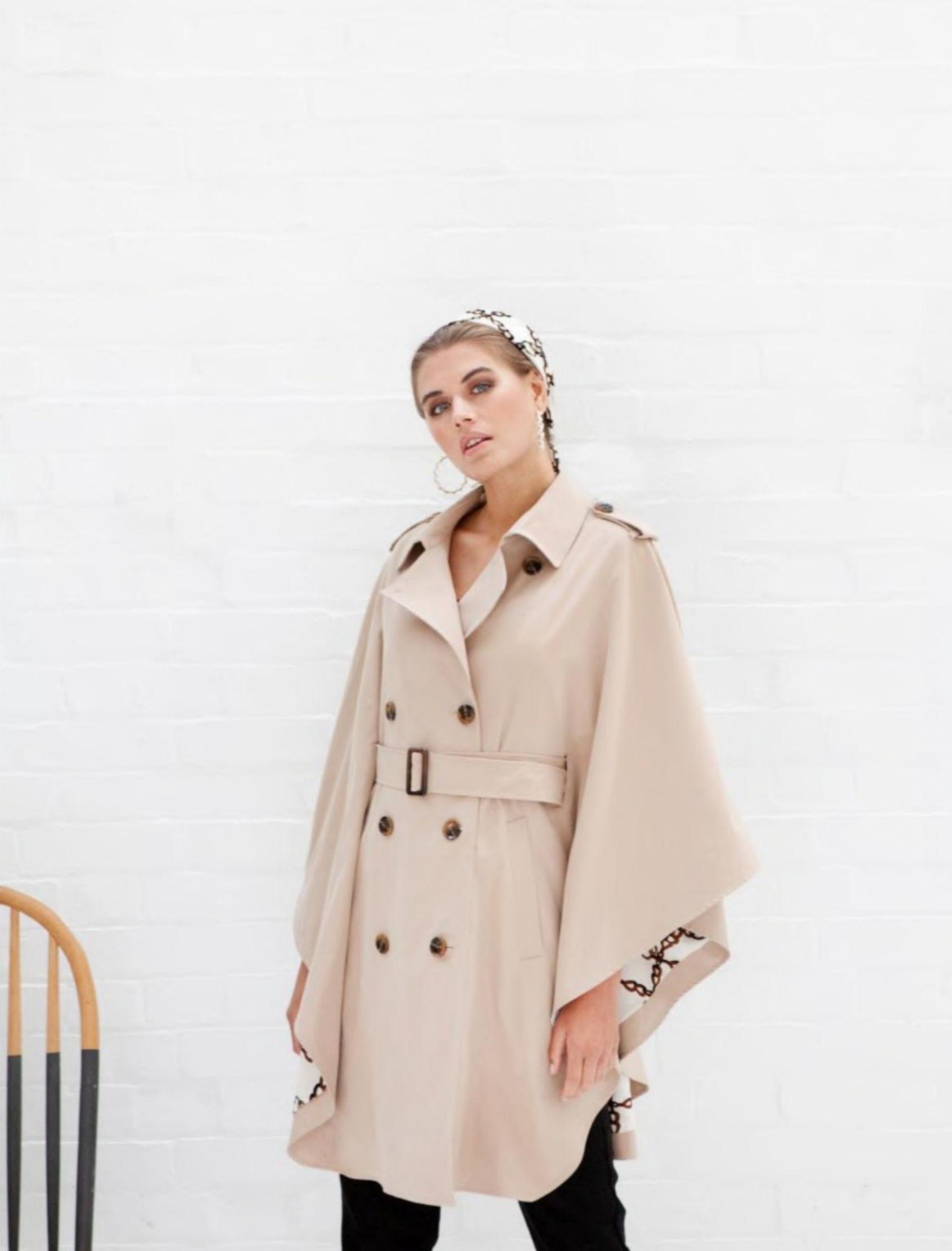 modelo con gabardina delia estilo capa de la marca jovonna london