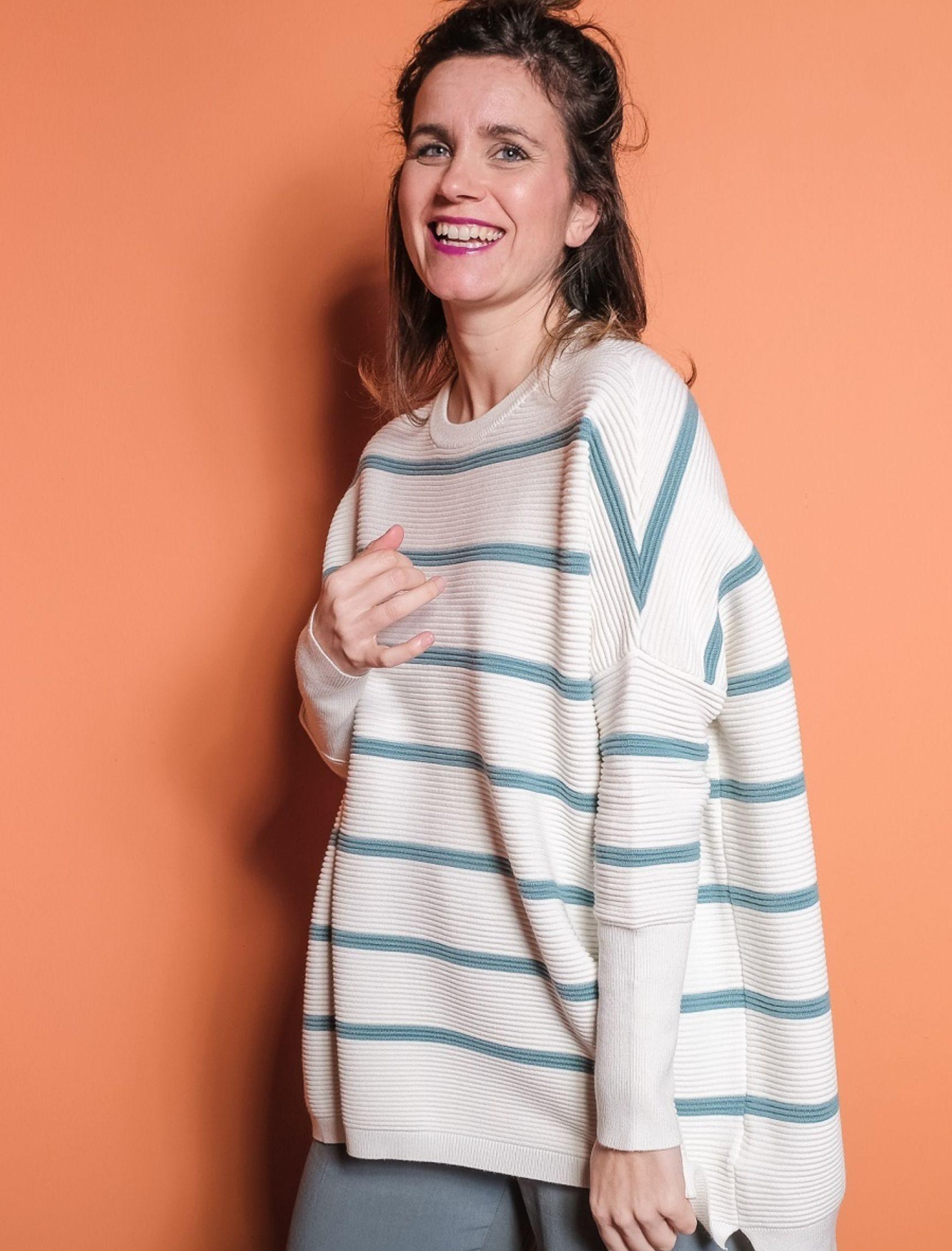 modelo con jersey oversize de punto canalé en blanco con rayas verde agua