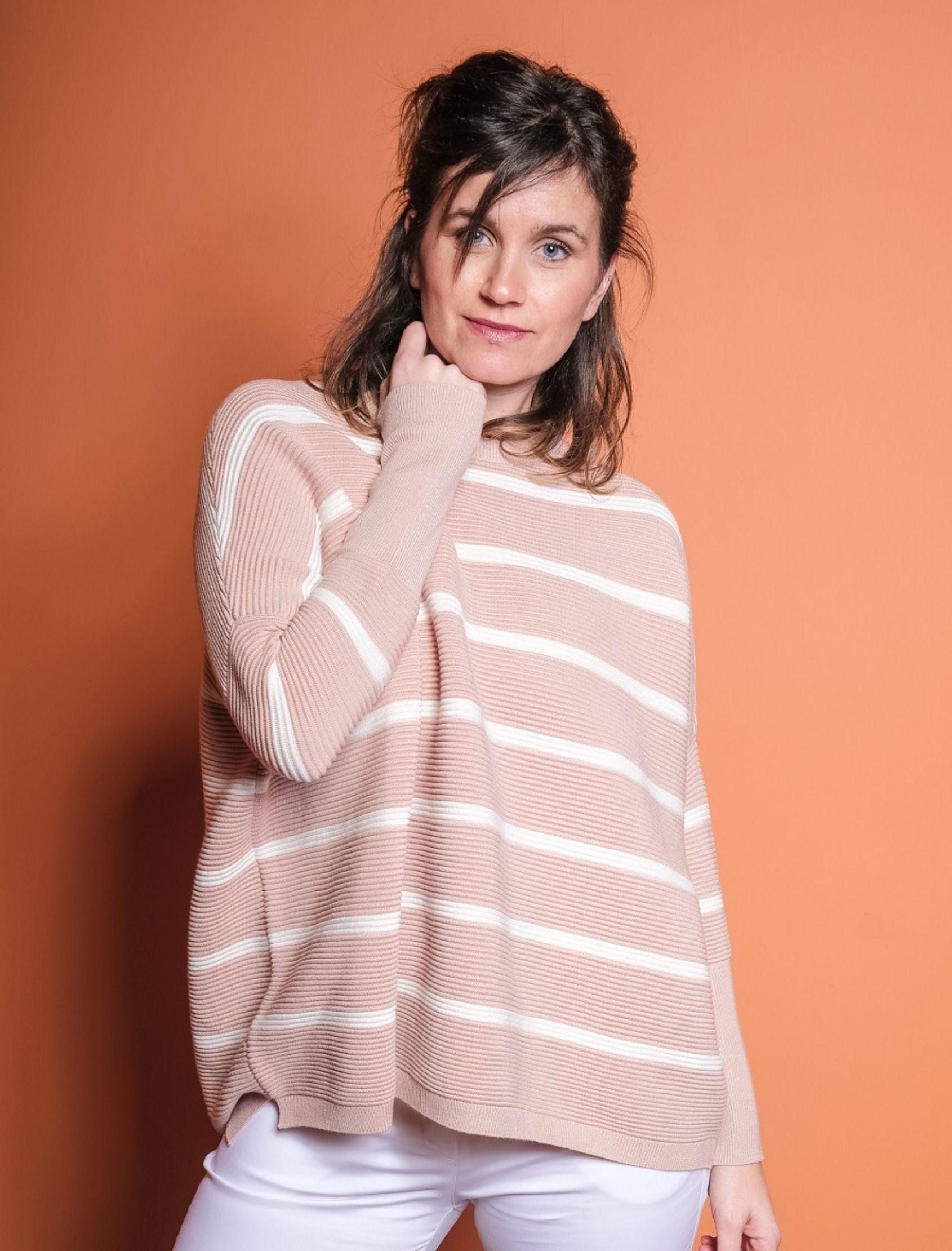 modelo con jersey oversize de punto canalé en nude con rayas en blanco