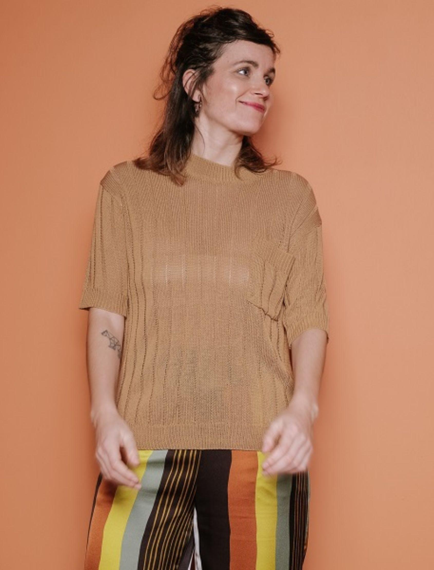 Modelo con jersey de punto canalé de manga corta en camel de la marca Skatïe