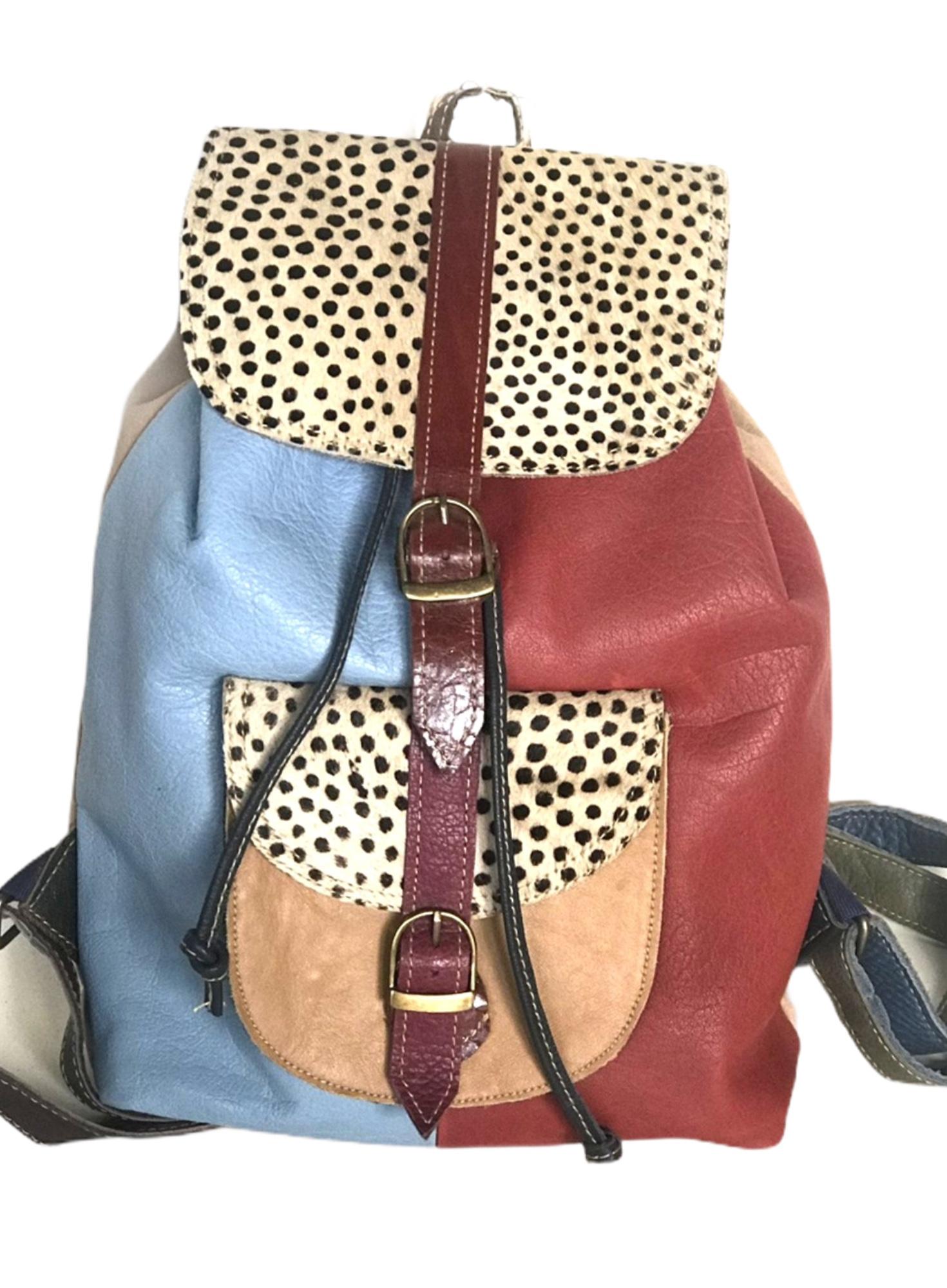 mochila de piel animal print con combinación de colores azul y rojo
