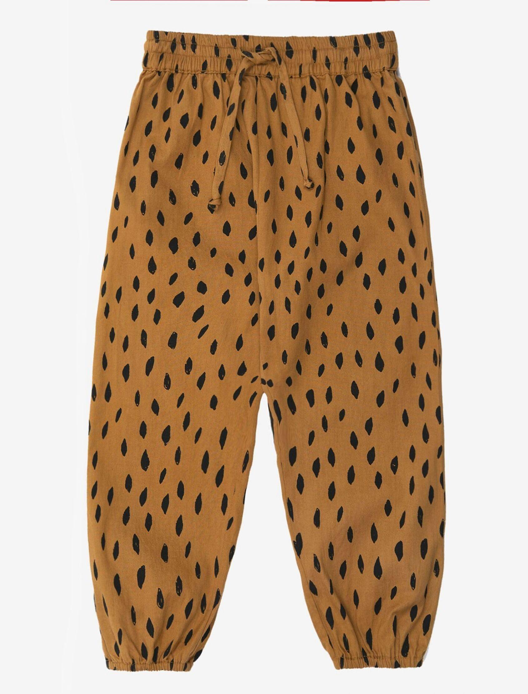 Pantalon estilo bombacho en color marrón con manchas en negro de nadadelazos