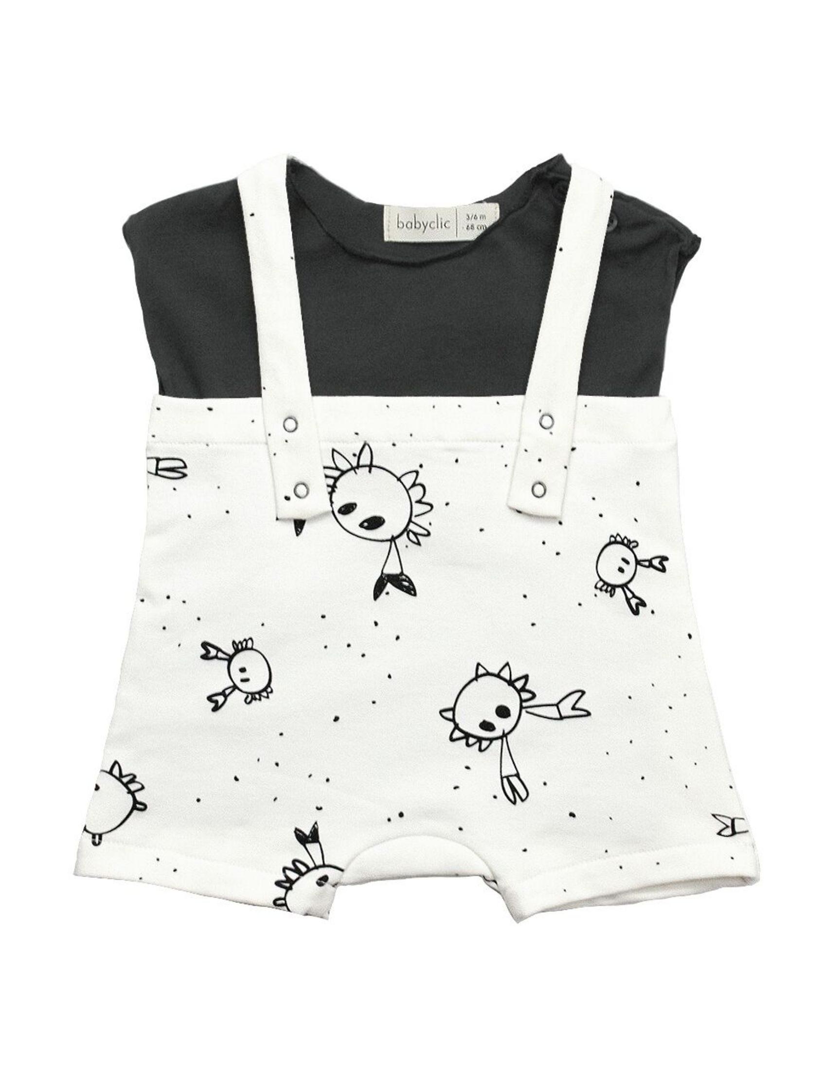 peto blanco con estampado infantil y camiseta negra