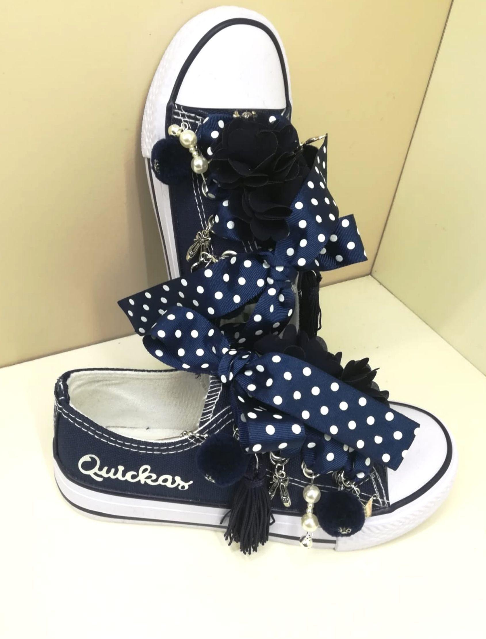sneakers blue de quickas en tono azul marino con cordones estampados de lunares blancos y abalorios