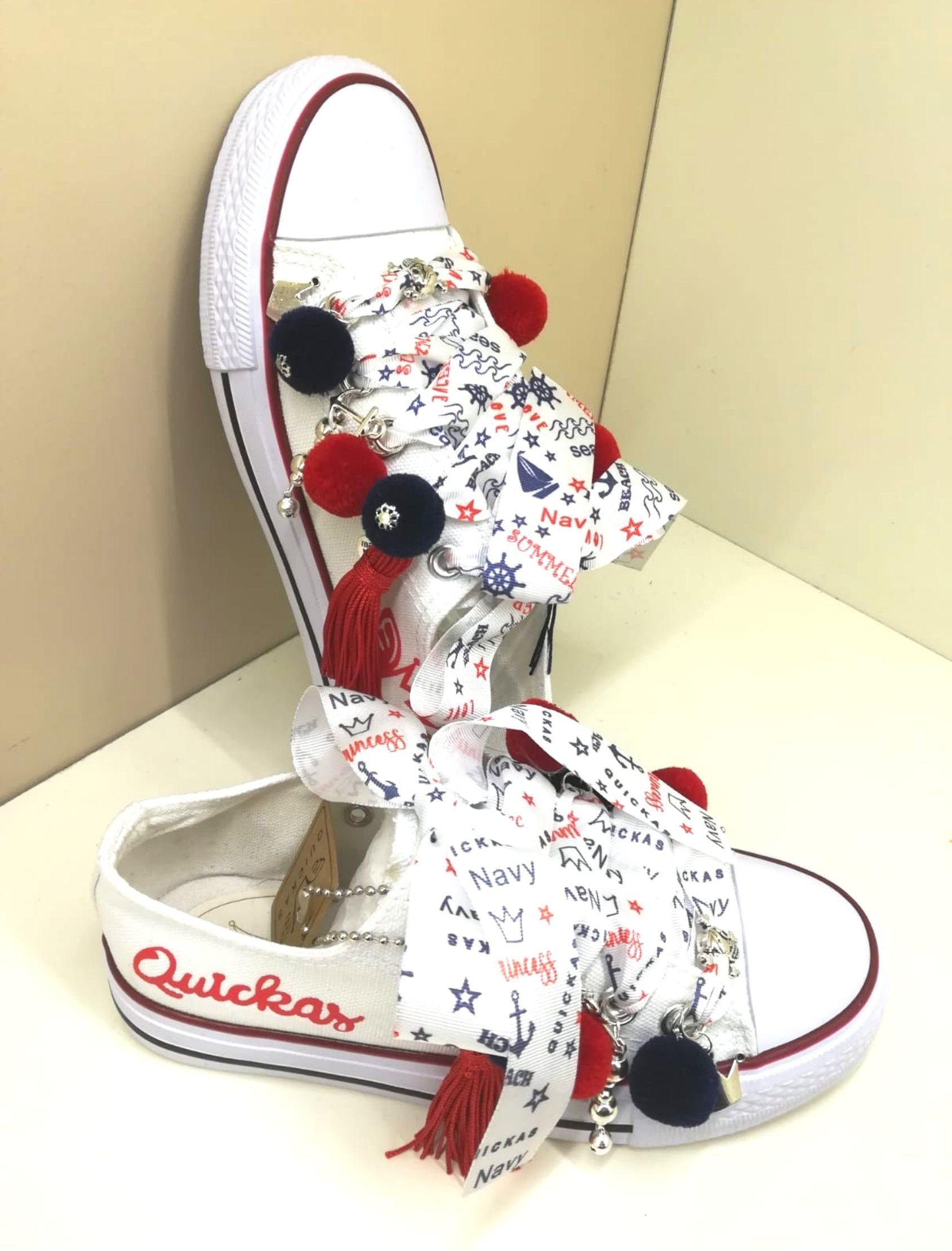 sneakers navy de la marca quickas de tela para niñas en blanco con pompones en azul y rojo