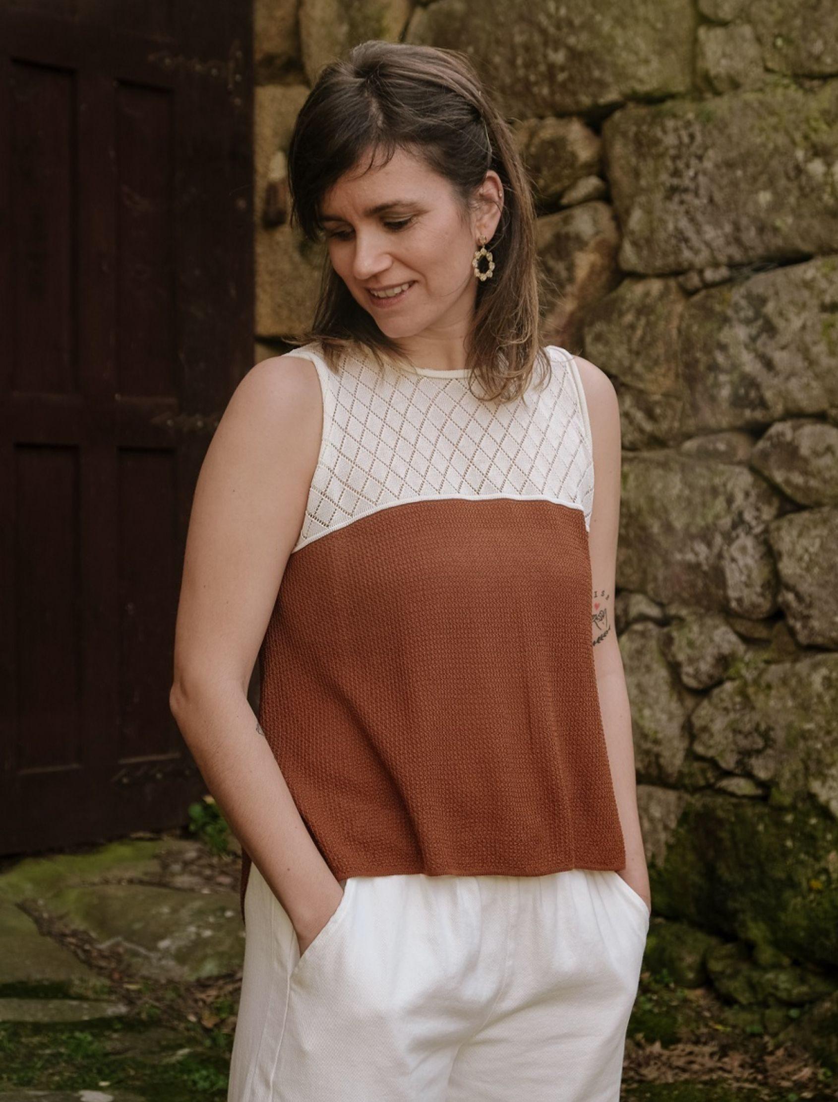 modelo con top de punto bicolor en tono beige y marrón de la marca Skatïe