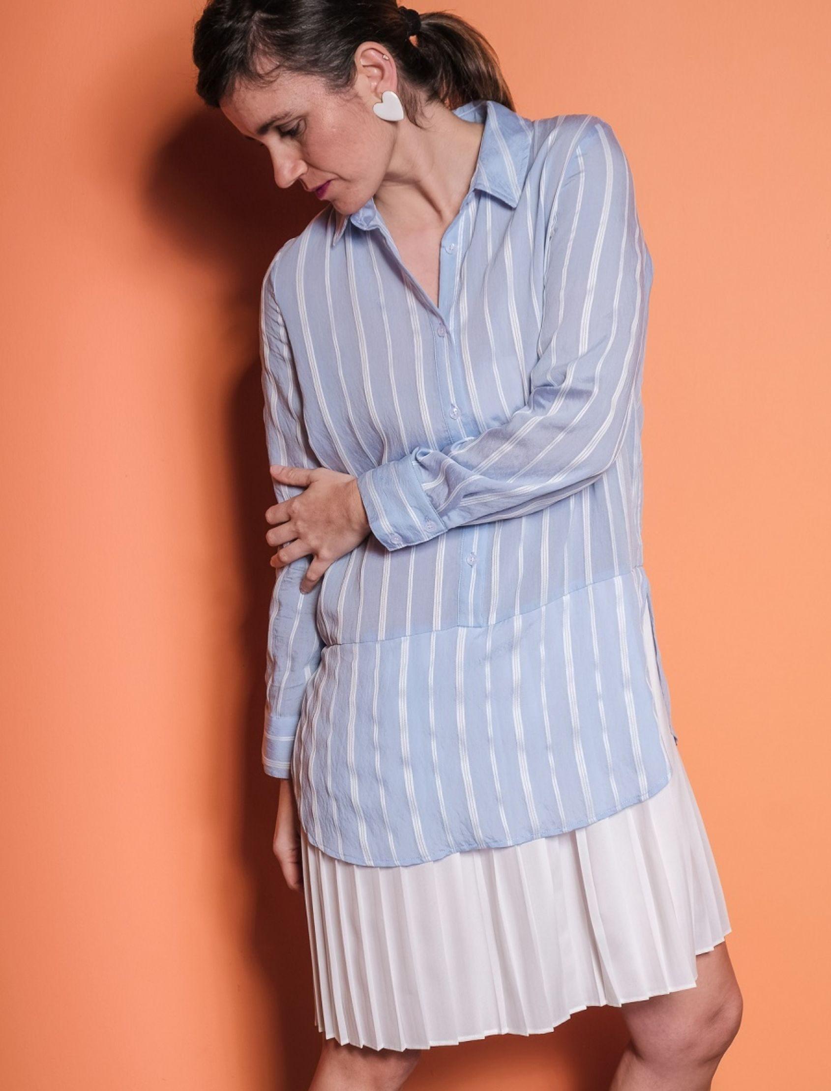 vestido lexie de jovonna london con corte camisero en la parte de arriba y falda tableada blanca