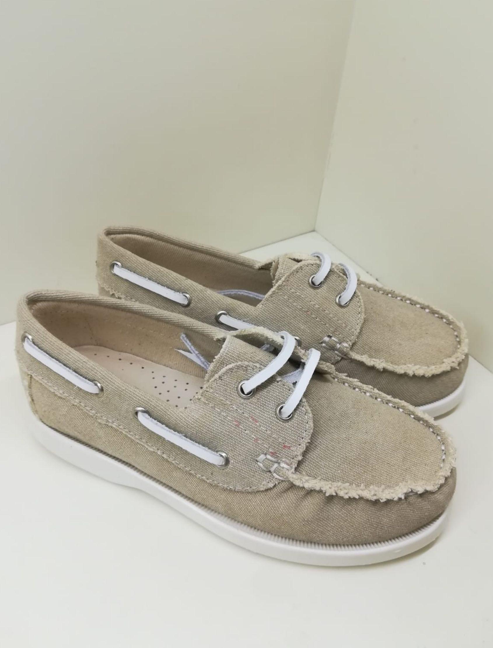 zapato de niño etilo náutico en color arena con cordón blanco