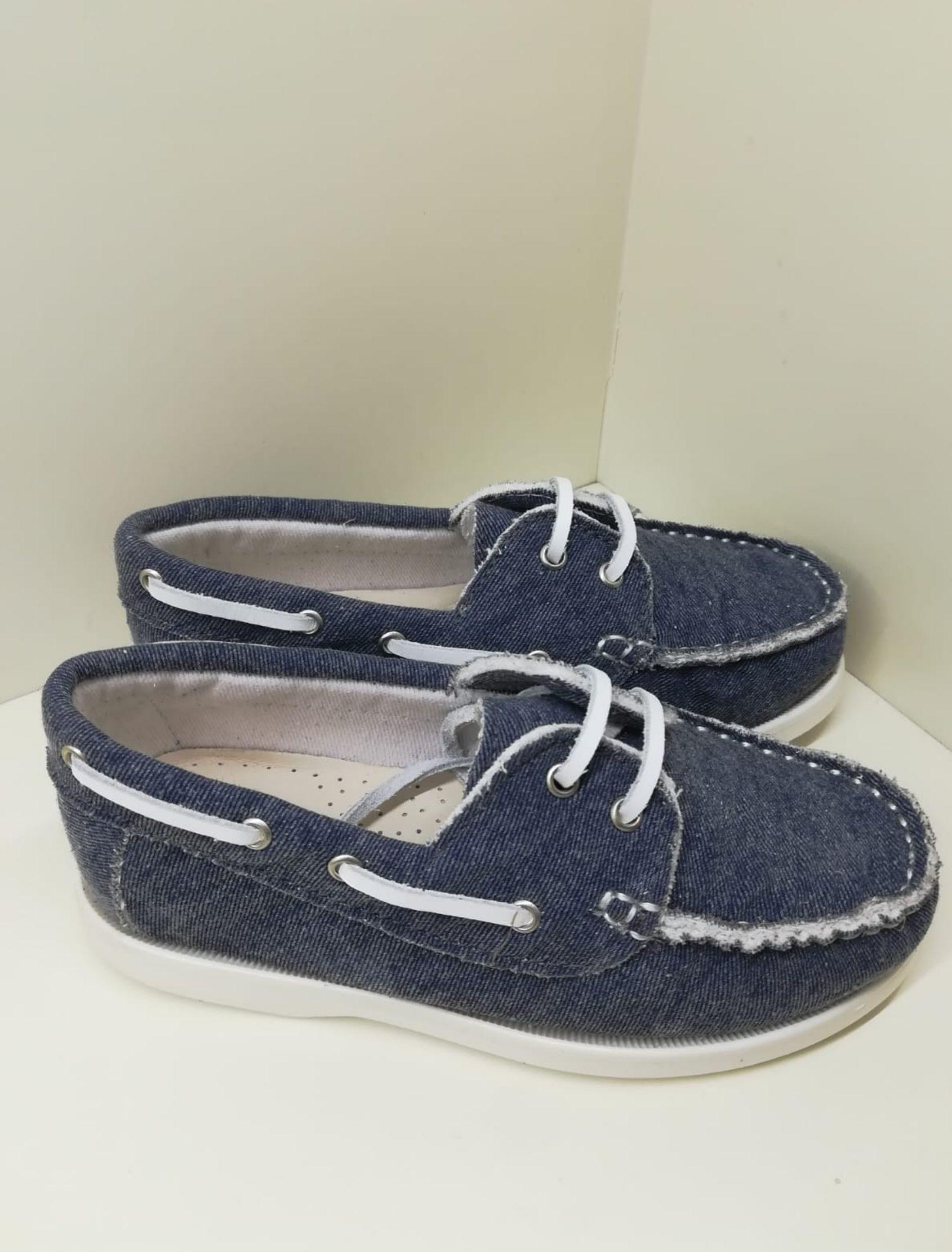 zapato de niño etilo náutico en coloz azul marino con cordón blanco