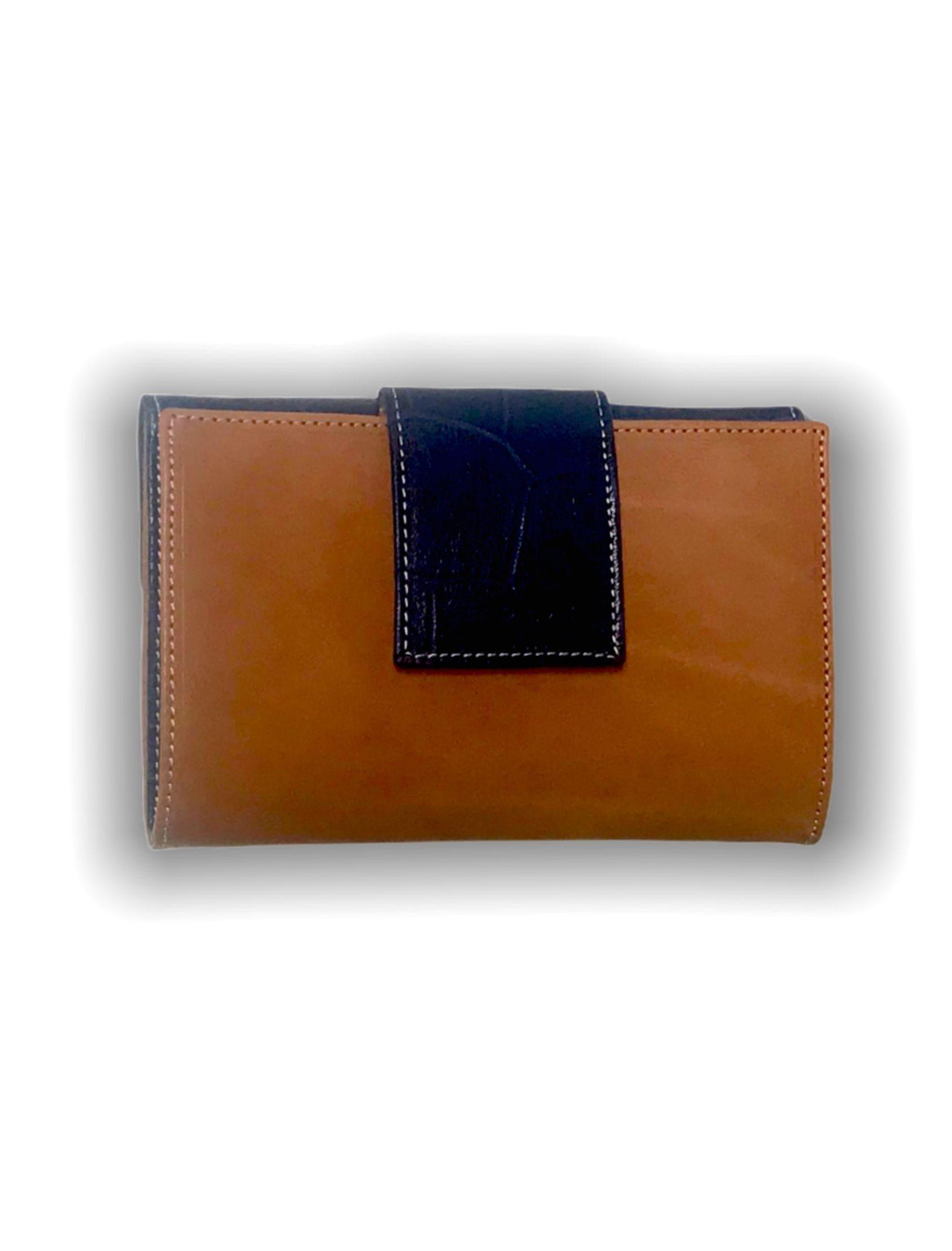 Billetera Señora Piel Cuero-Azul. Cierre delantero mediante broche a presión. Parte trasera con monedero de dos departamentos con broche a presión.
