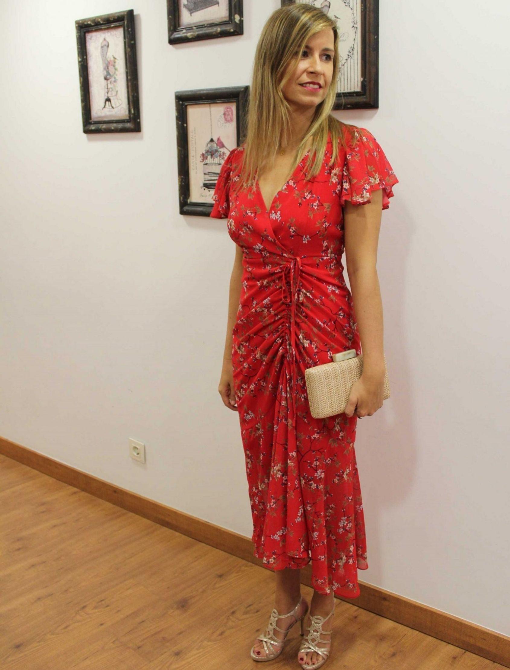 modelo con vestido maxi petal con estampado floral sobre fondo rojo