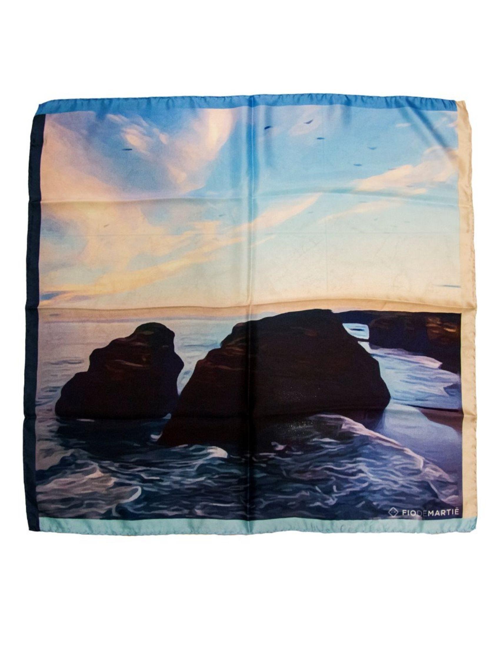 pañuelo de mujer de seda italiana con imagen de la playa de las catedrales