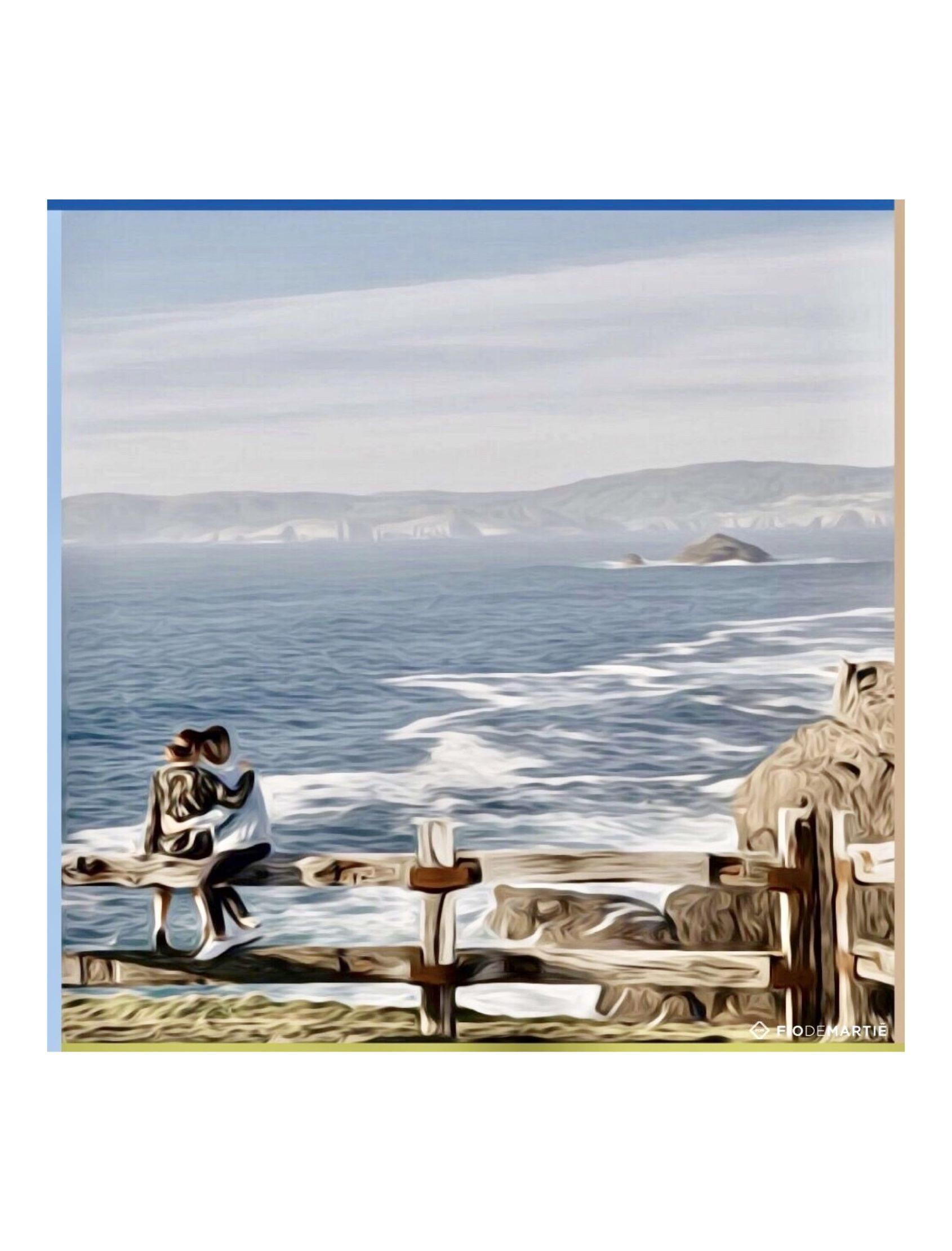 pañuelo de seda para mujer con dos enamorados contemplando la costa de seixo branco en a coruña
