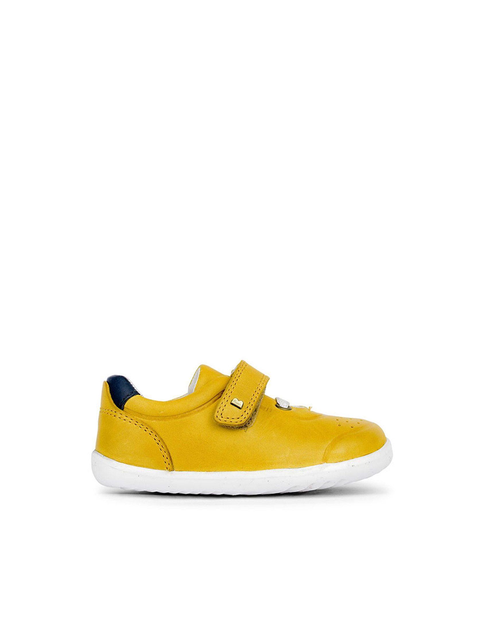 Zapatillas deportivas de piel color marrón mostaza. Ligera y a la vez resistente; con cierre de velcro es fácil de poner y fácil de quitar.