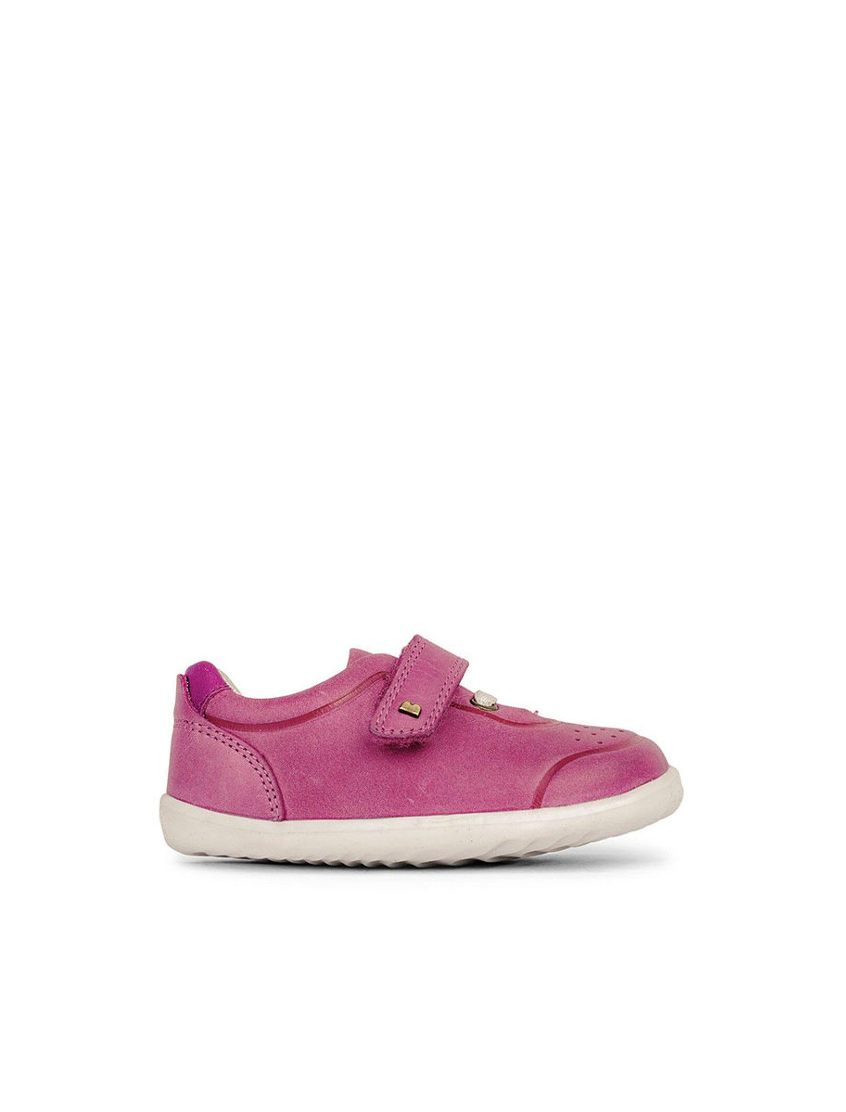 Zapatillas deportivas de piel color rosa fucsia. Ligera y a la vez resistente; con cierre de velcro es fácil de poner y fácil de quitar.