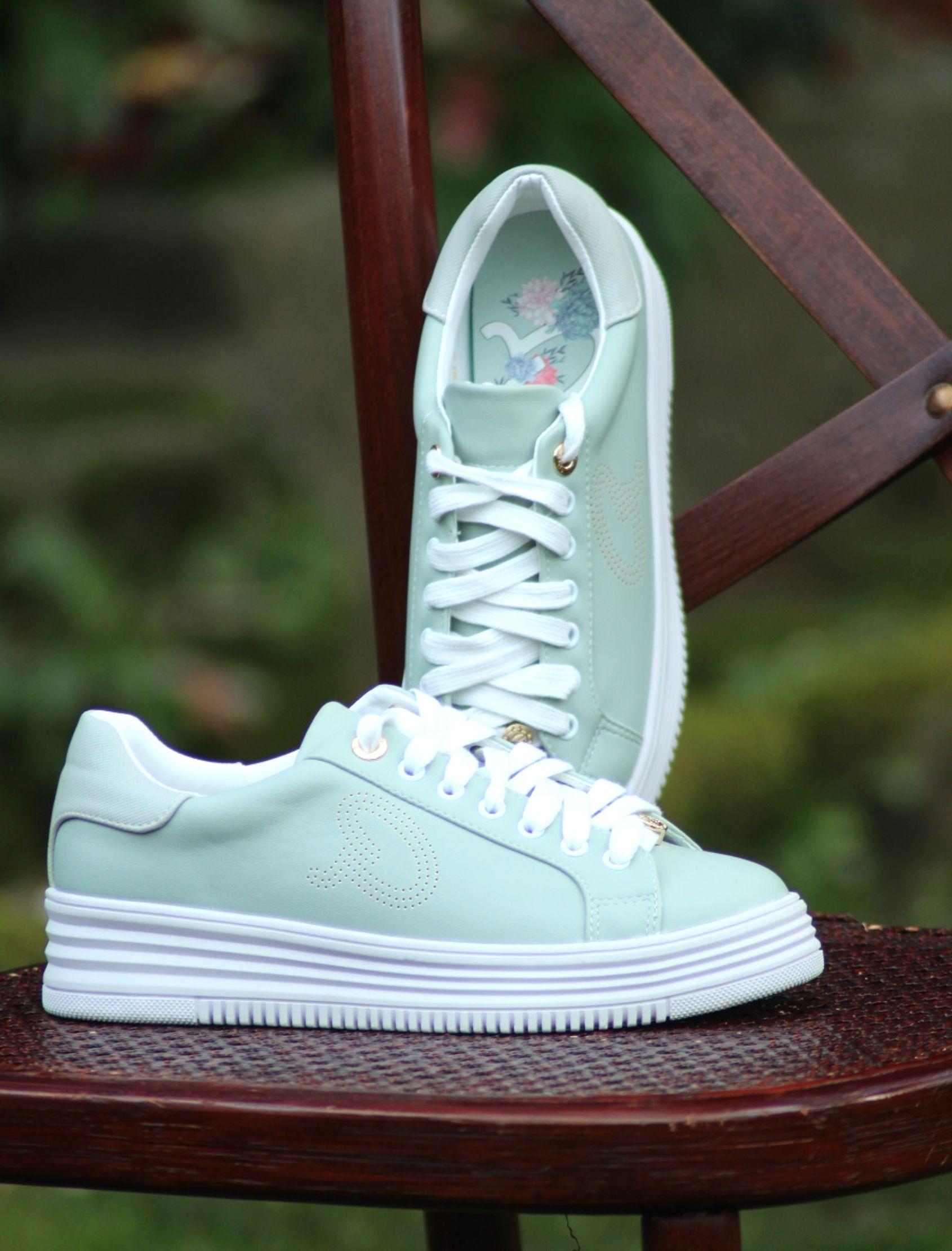 sneakers verde menta de la marca axel con suela de plataforma blanca
