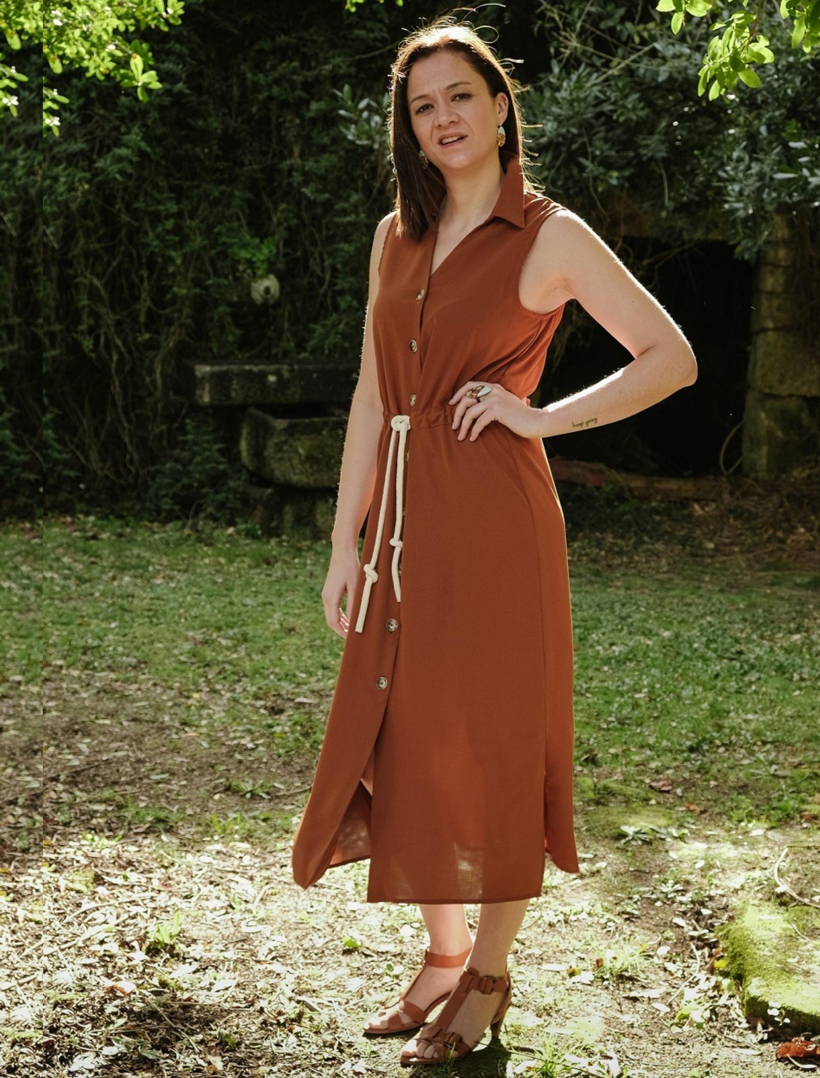 modelo con vestido camisero largo midi color mogambo