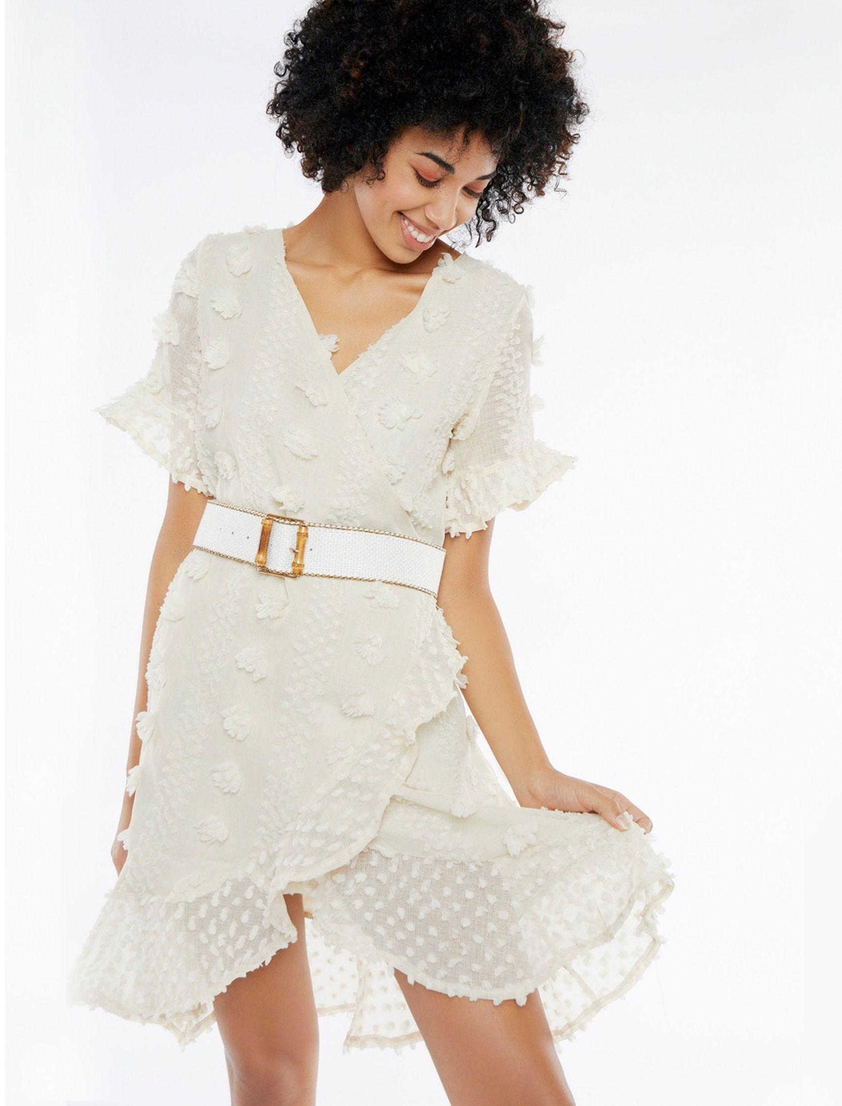 modelo con mini vestido cruzado organza en tono beige de meisïe