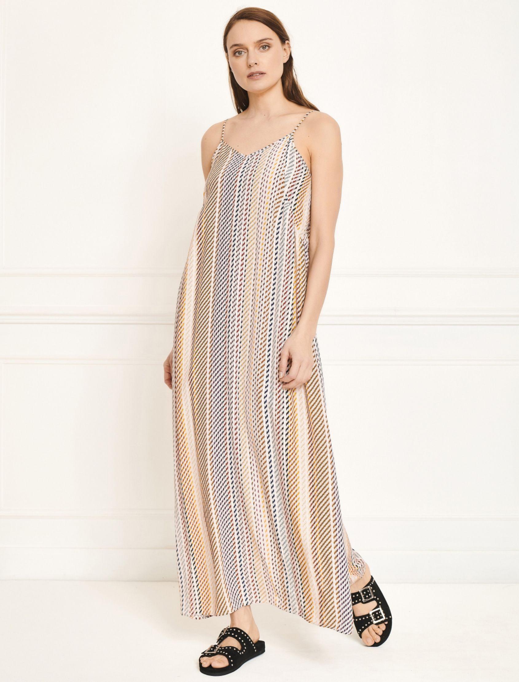vestido largo rufi de mkt studio con ritante fino y escote en v estampado de rayas multicolor
