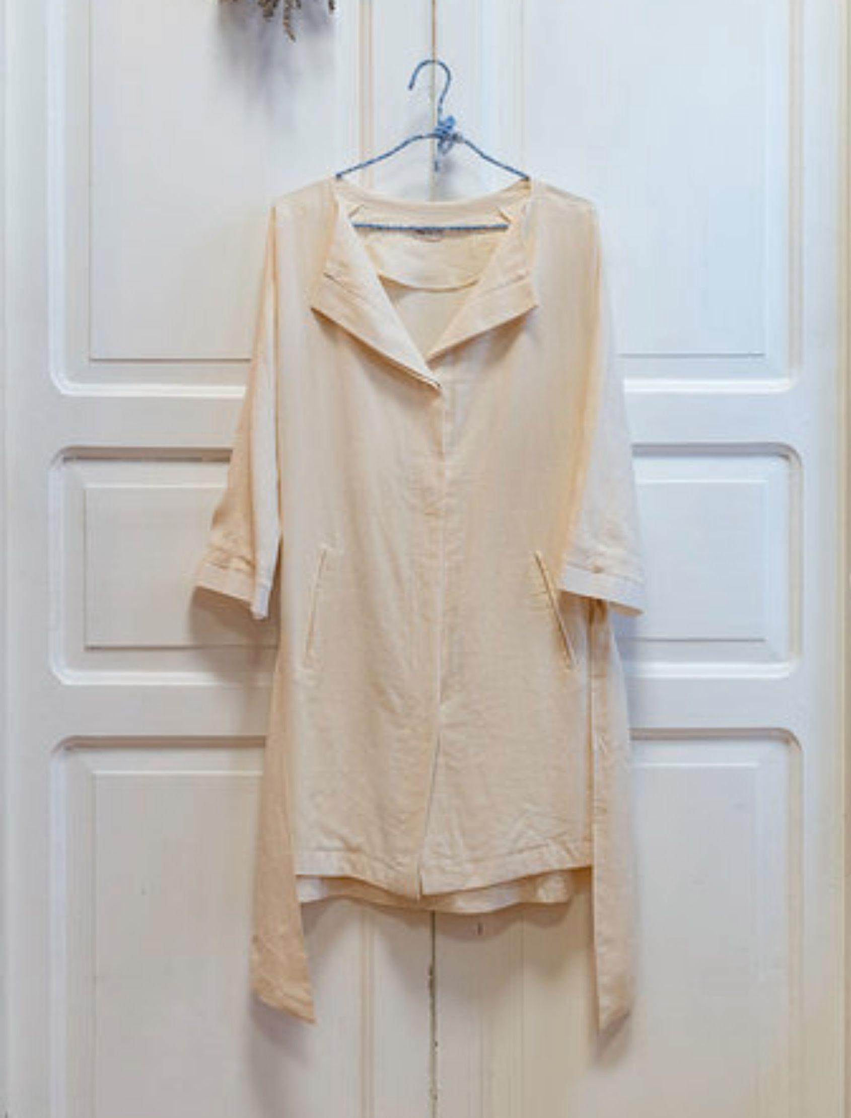 abrigo de mujer modelo canvas en color crudo de la marca mi&co