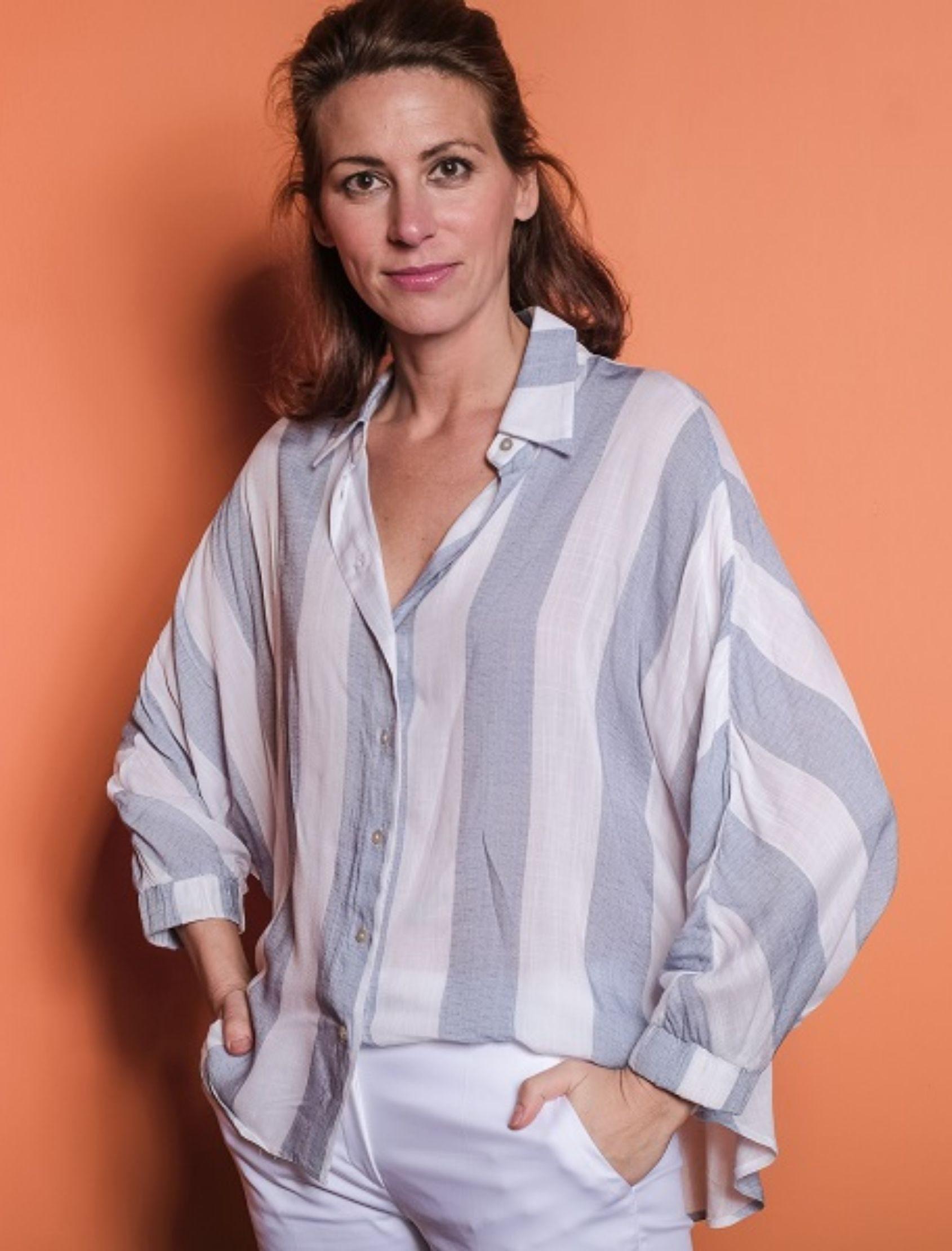modelo con blusa overesize de rayas en color azul y blanco