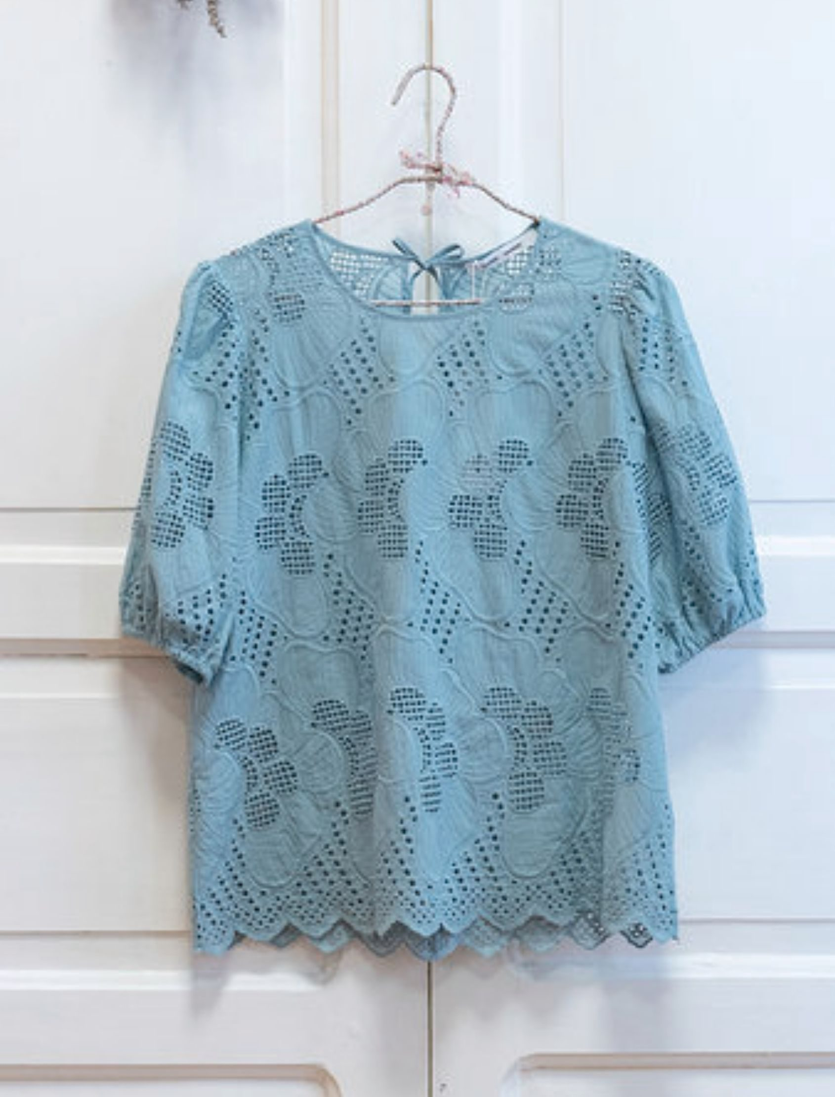 blusa de mujer juni de manga corta en color celeste de la marca samsoe samsoe