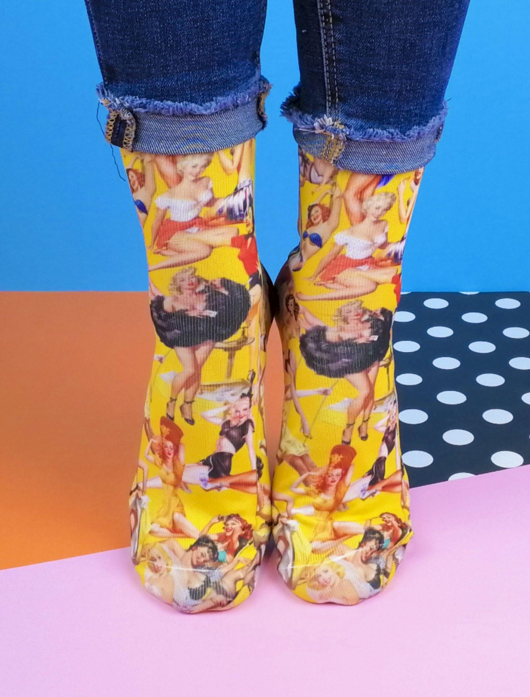 calcetines estampados con pin ups de colores y fondo amarillo