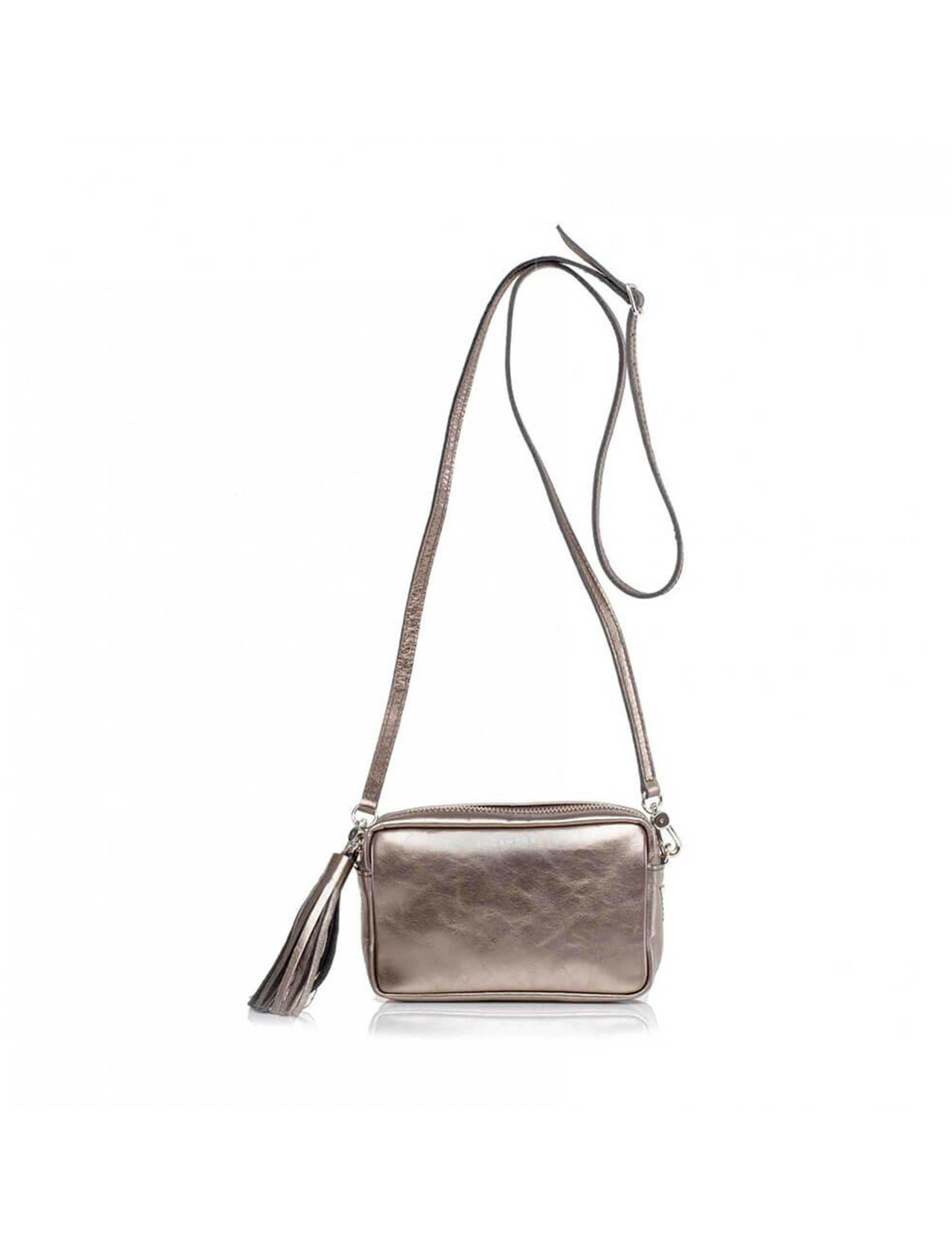 Bolso de dimensione reducidas; ideal para el día y para la noche. Su diseño de línea sencilla hace que se adapte perfectamente a cualquier look.