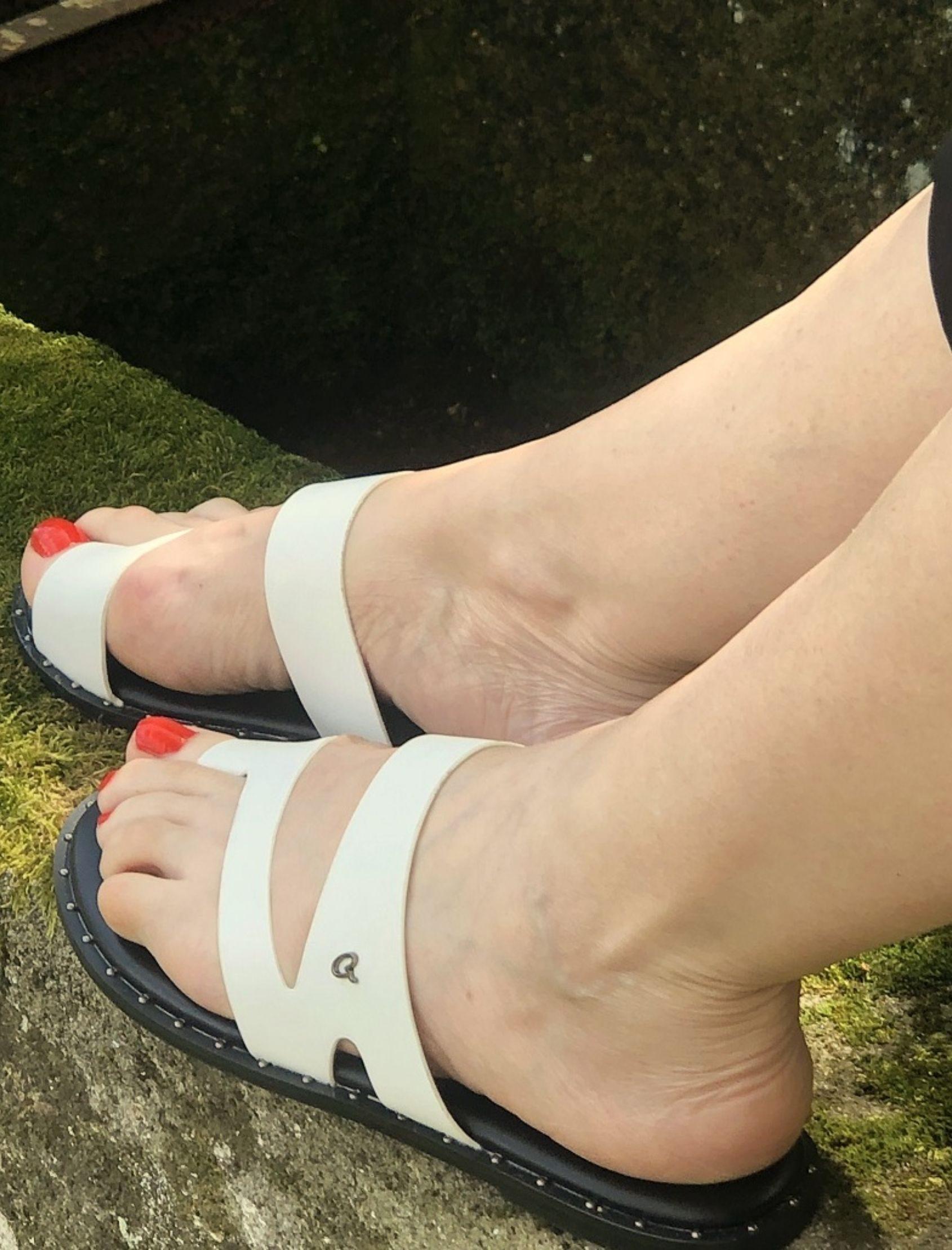 sandalis de piel en color blanco con suela negra y tachuelas