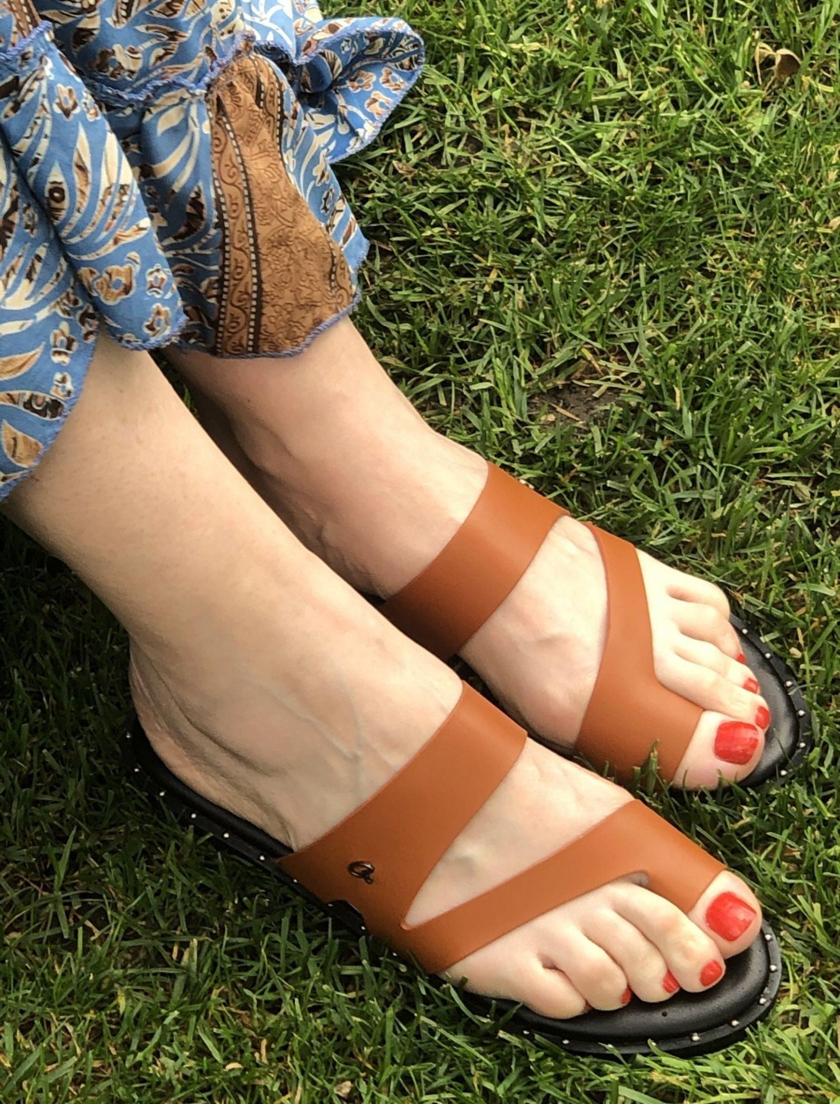 sandalia de piel en color camel con detalle de tachuelas y suela negra
