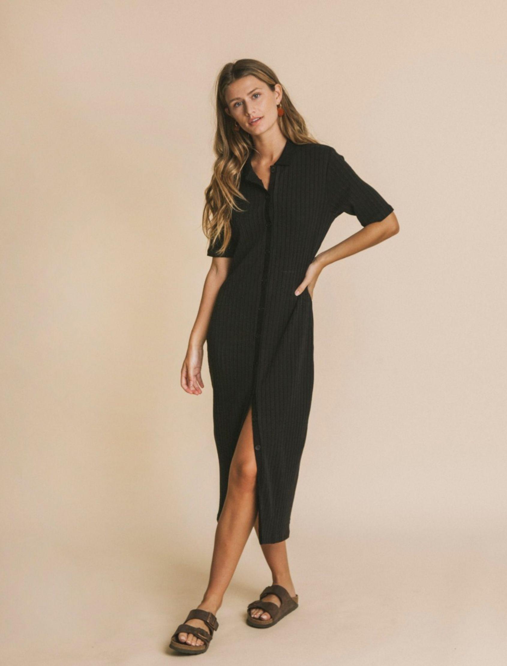 Vestido black jur de estilo camisero de punto de la marca thinking mu