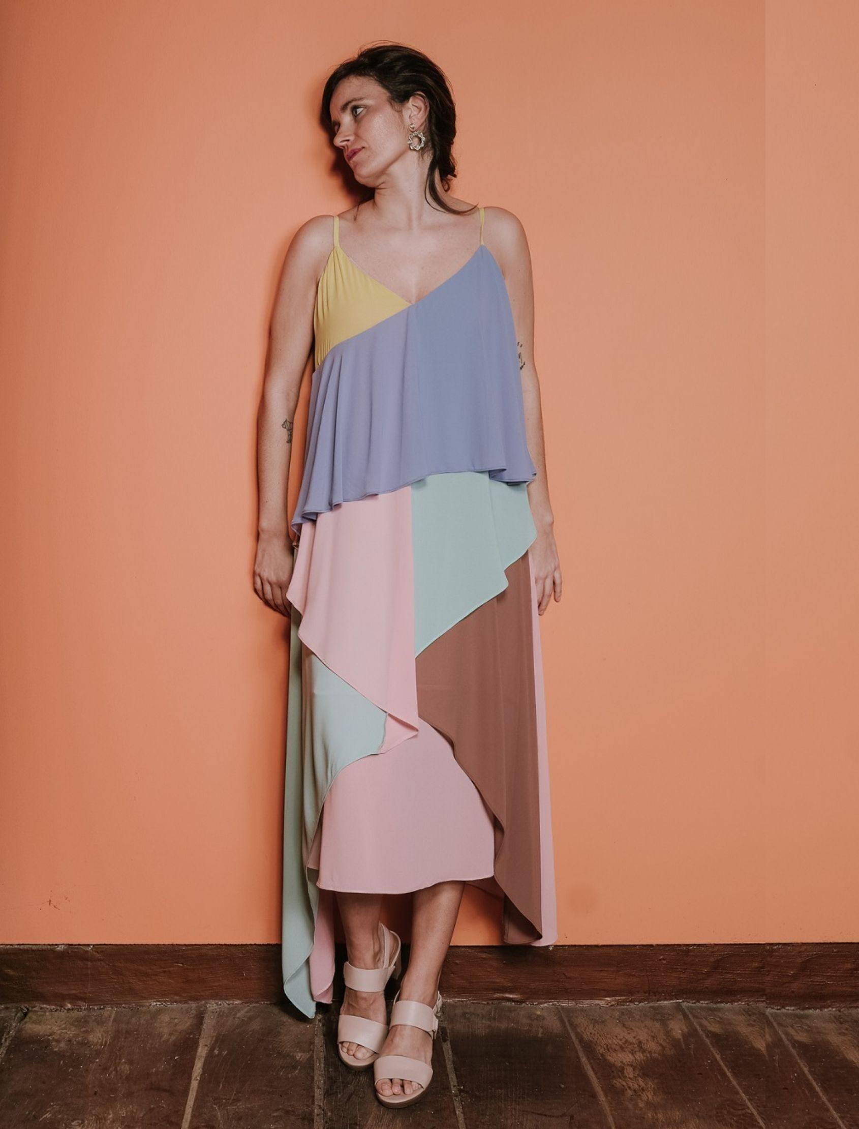 vestido jedda de la marca jovonna london largo midi y combinación de colores