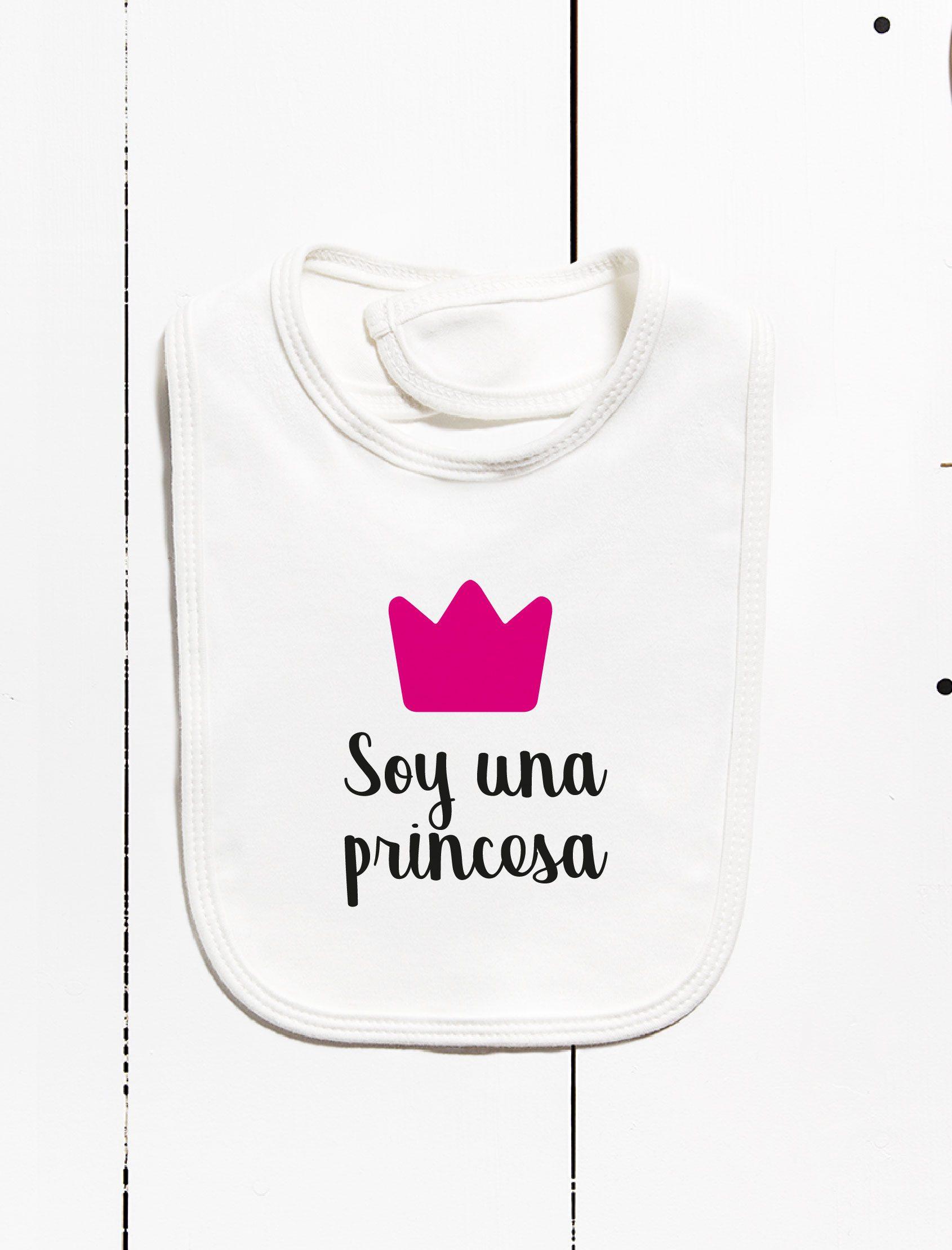 babero de niña en color blanco con mensaje soy una princesa y coronita fucsia