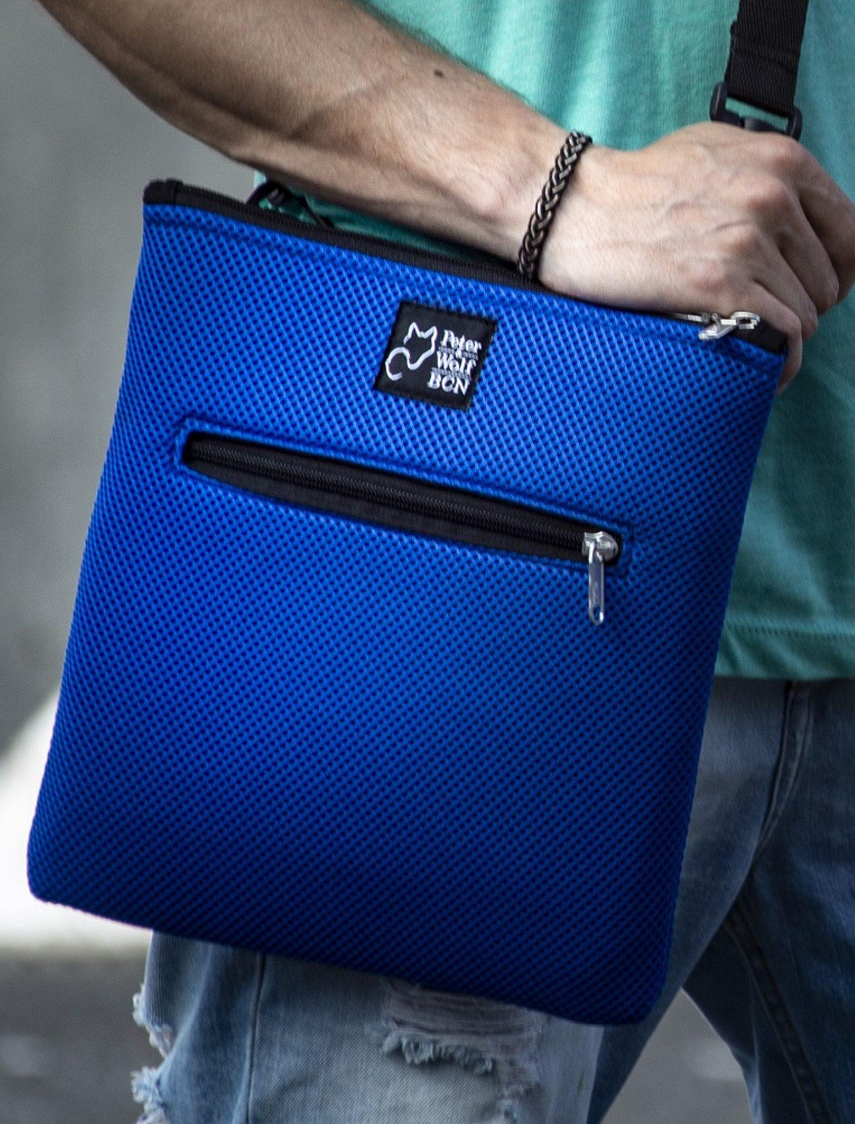 Bandolera en tejido técnico 3D con bolsillos interiores y exterior con cremallera confeccionada a mano. Exterior color azul klein. Interior color negro.