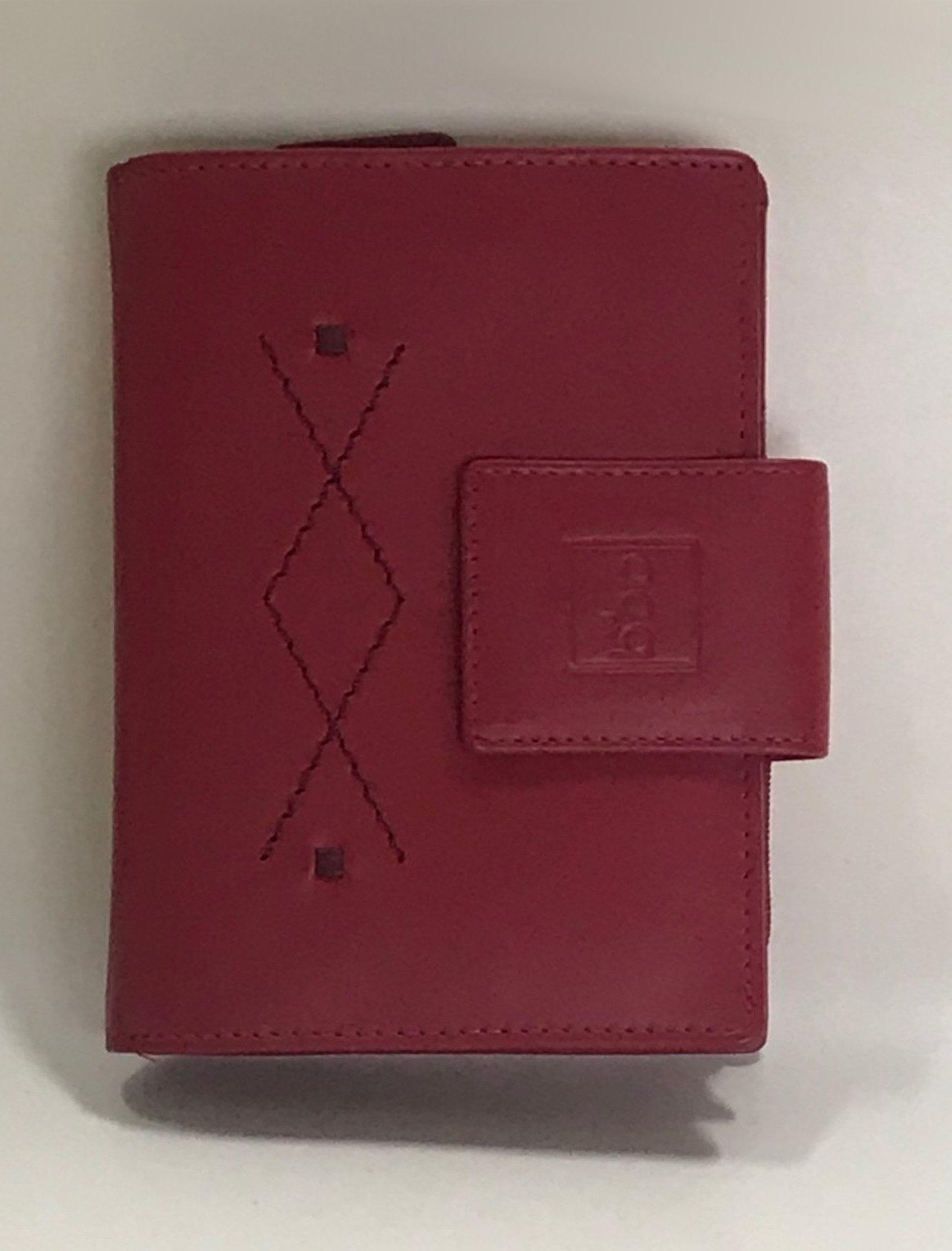 Billetera de señora en piel rojo. Monedero con cierre de cremallera con dos departamentos más otro bolsillo con cremallera. Espacio para 11 tarjetas.