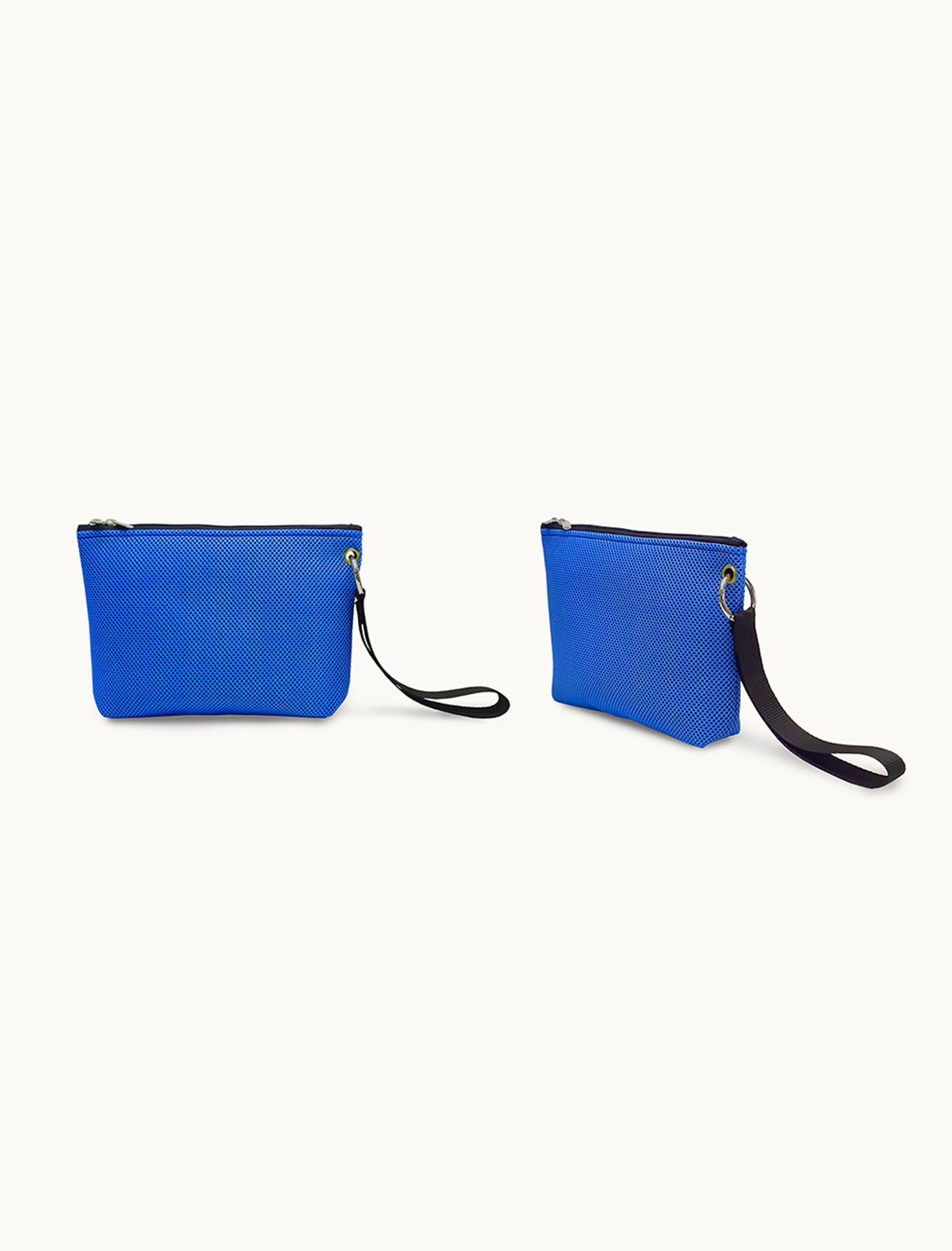 Bolso de mano unisex Sport Azul Klein de Peter&Wolf tejido técnico 3D. Ligero, resistente y lavable. Exterior color azul klein.