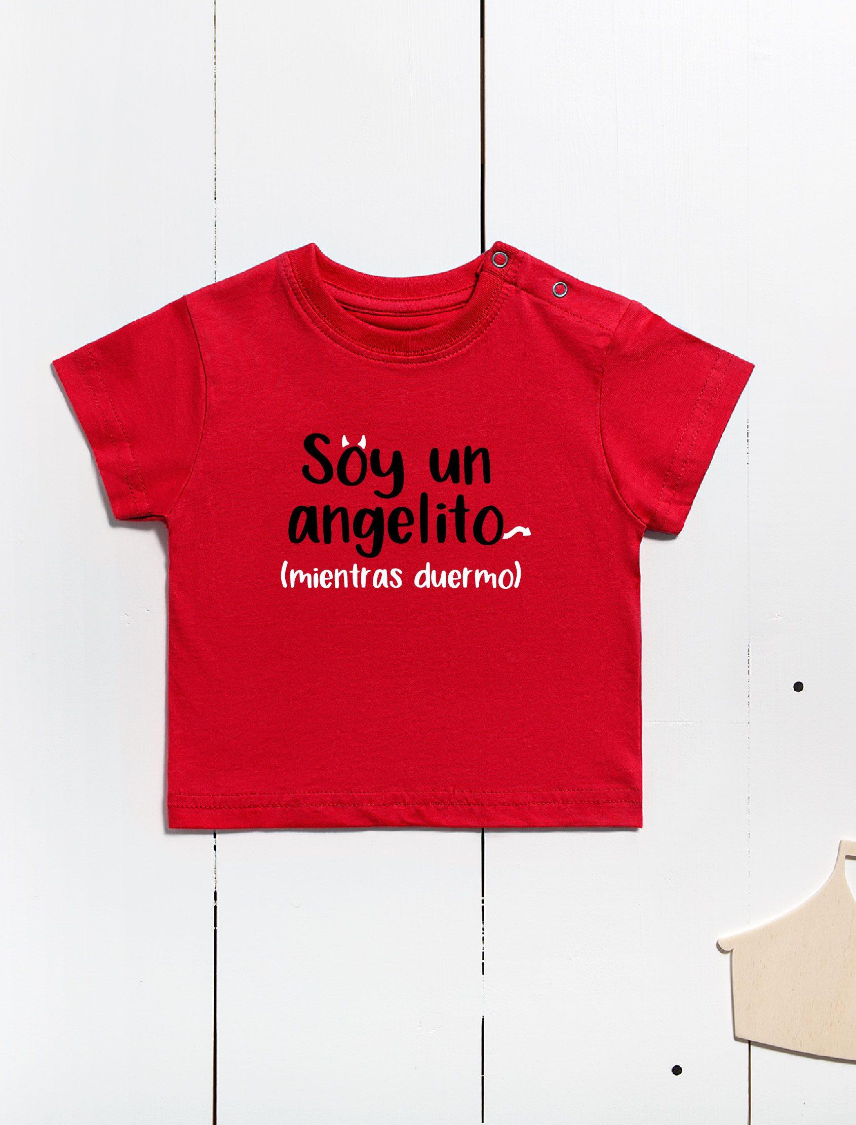 """camiseta mc infantil de manga corta con cierre de broches en el hombro, color rojo y mensaje """"Soy un angelito"""""""