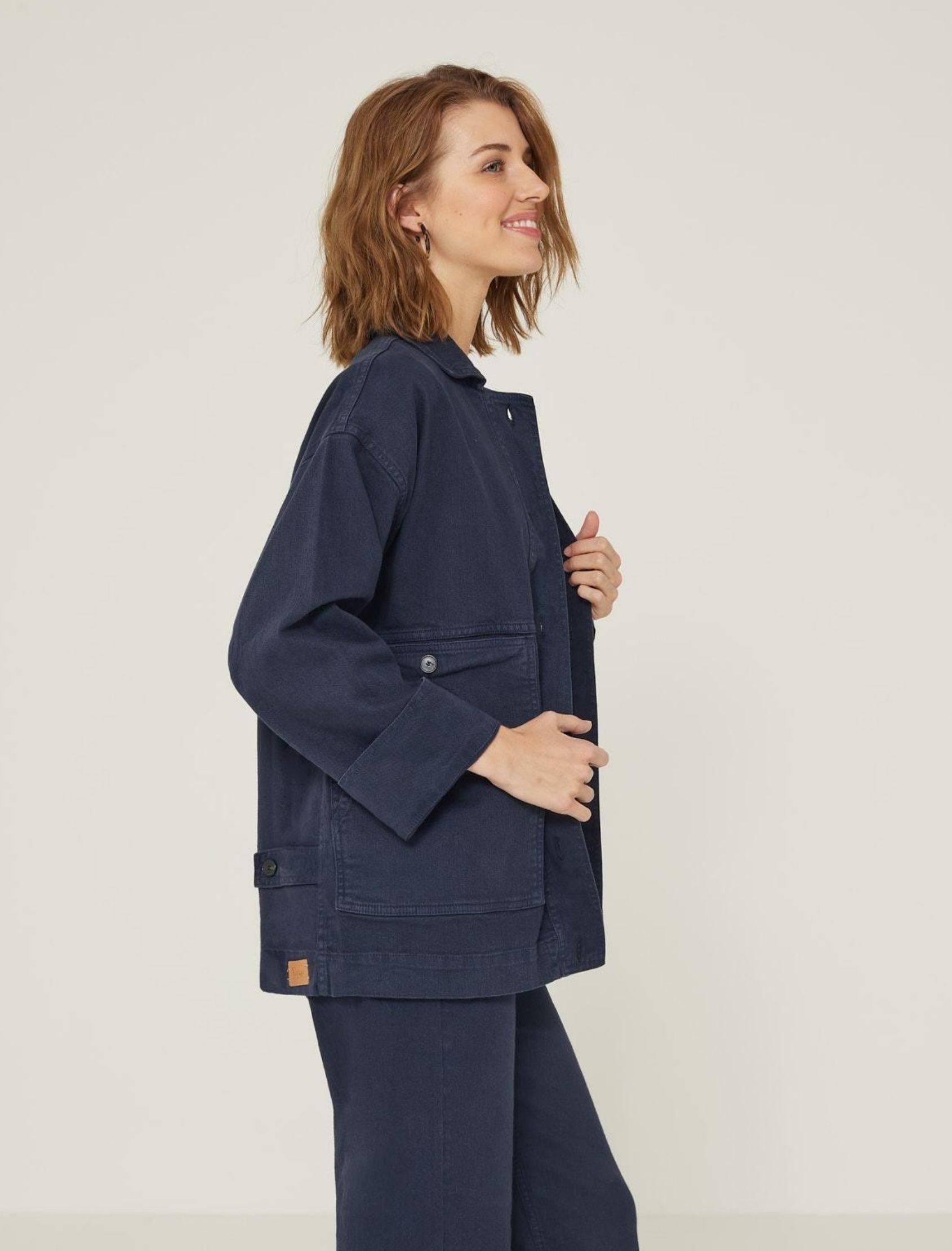 modelo con chaqueta denim maxi en color azul marino de estilo oversize de yerse