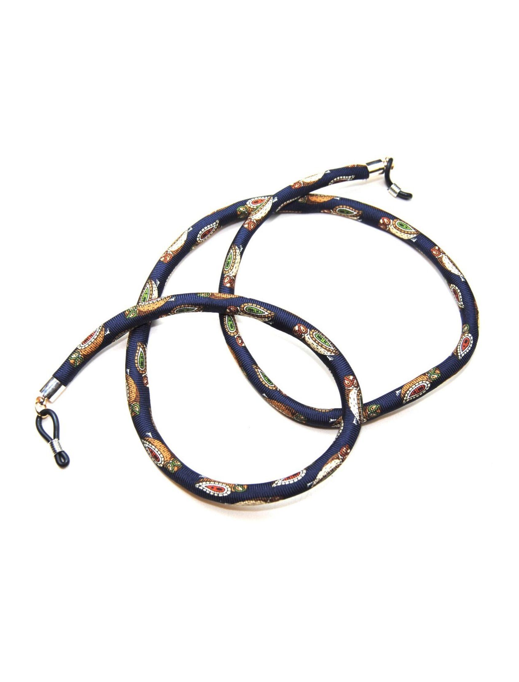 cordón de gafas con estampado de buhos de colroes y fondo azul noche.