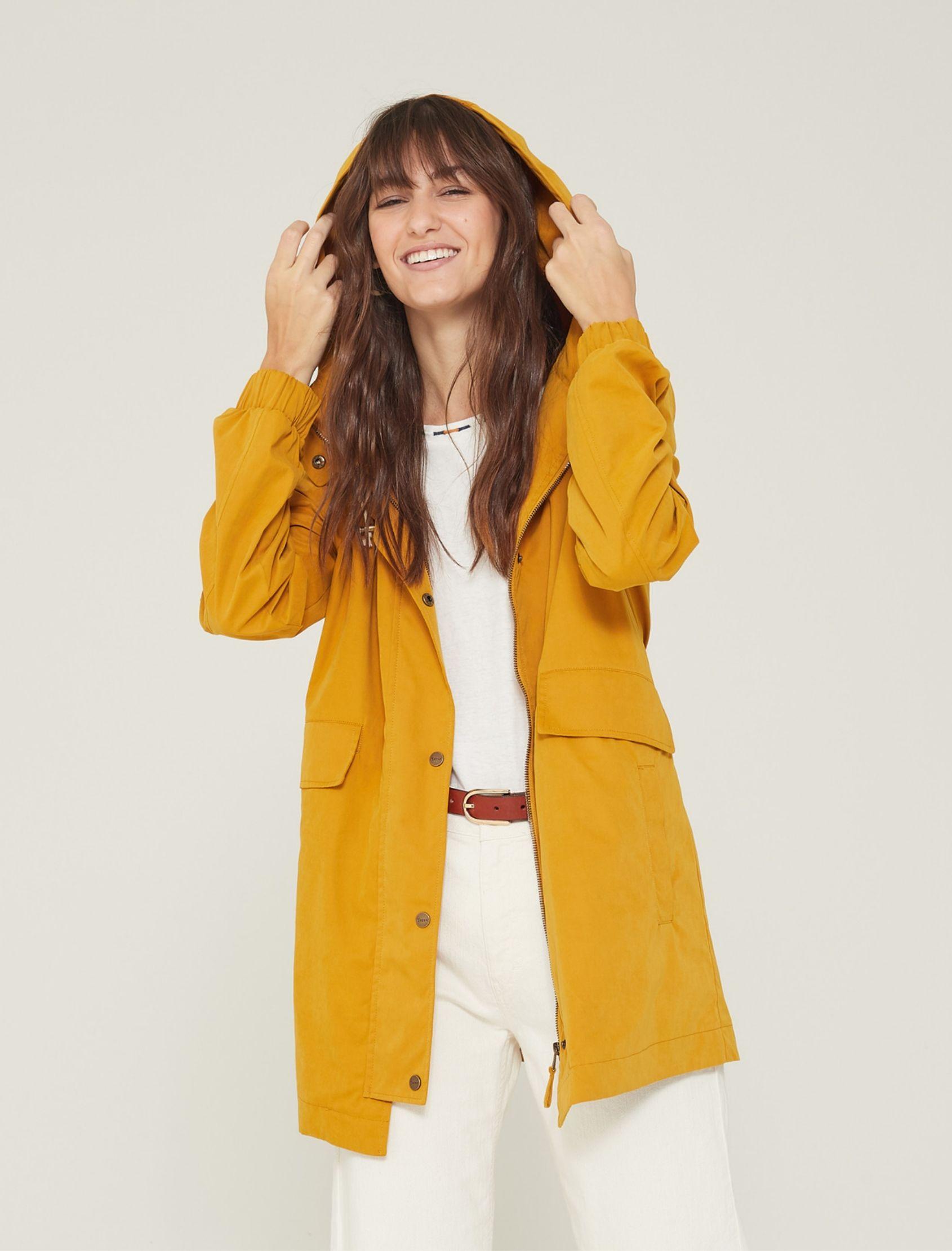 modelo con parka larga en color mostaza con capucha
