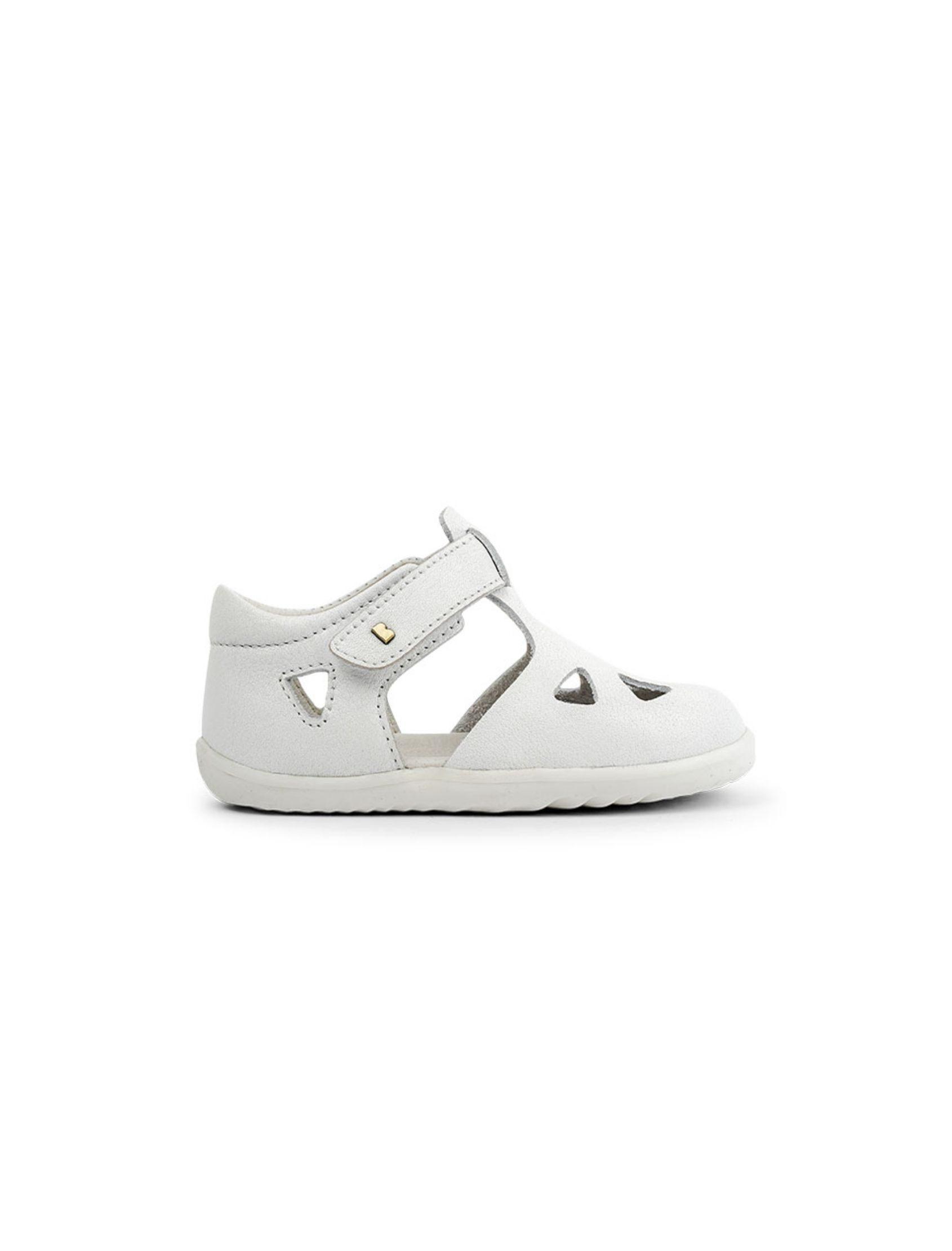 sandalia de niño y niña en color blanco modelo step up de bobux con velcro