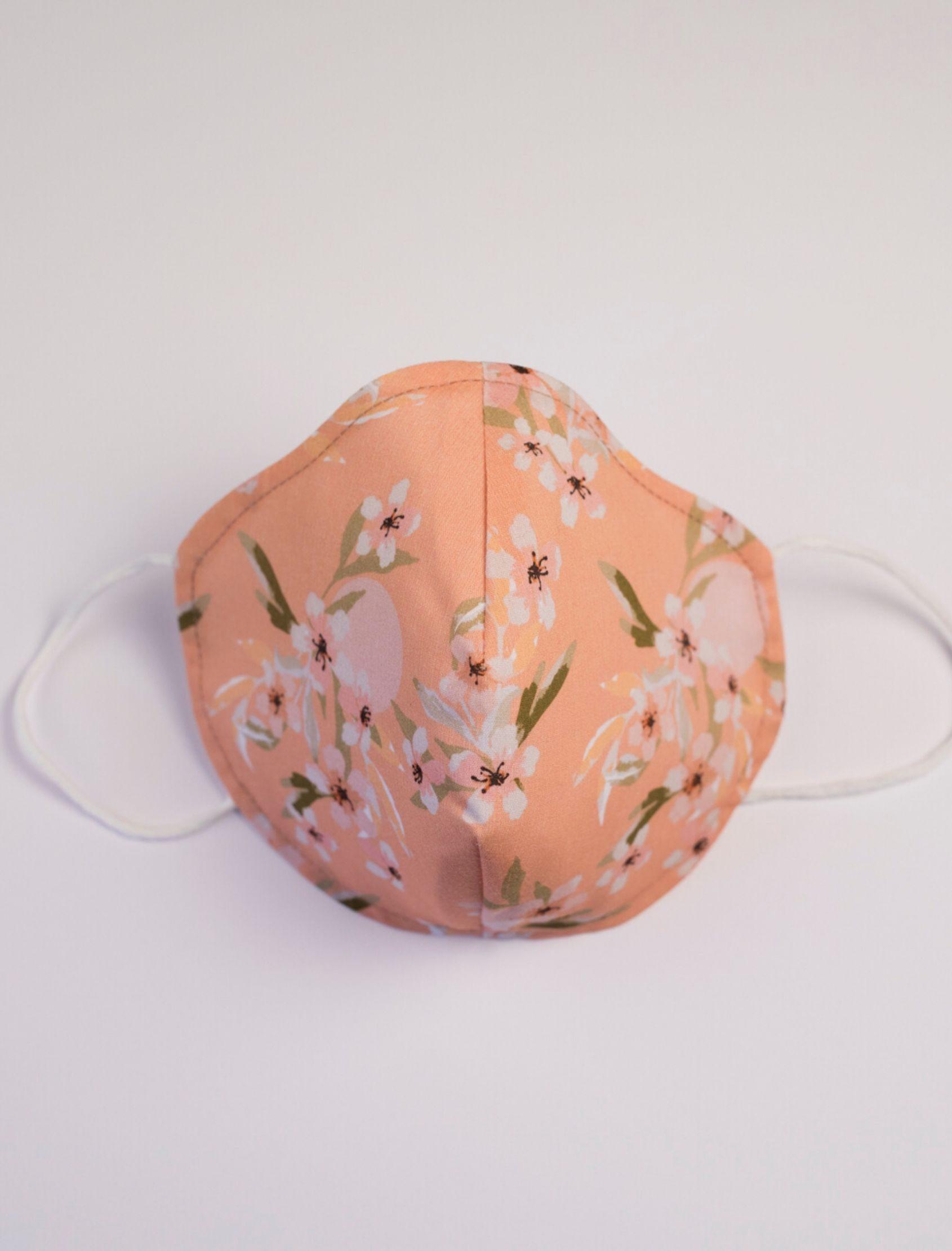 Mascarilla bárbara con estampado floral diseñado por cris domínguez