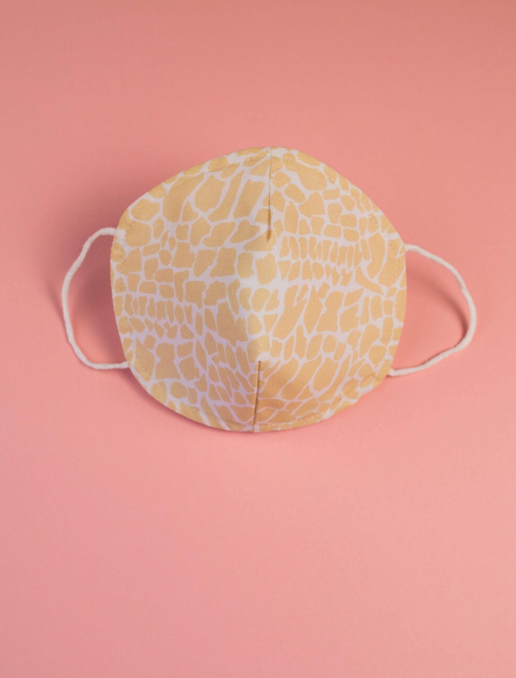 mascarilla infantil con estampado petra en amarillo diseñado por cris domínguez