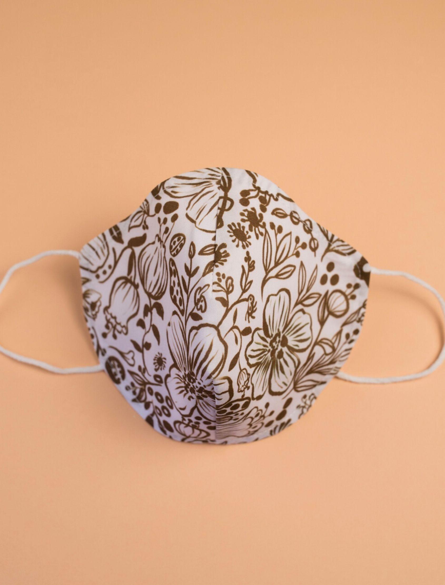 mascarilla lola con estampado floral diseñado por cris domínguez y con tejido homologado