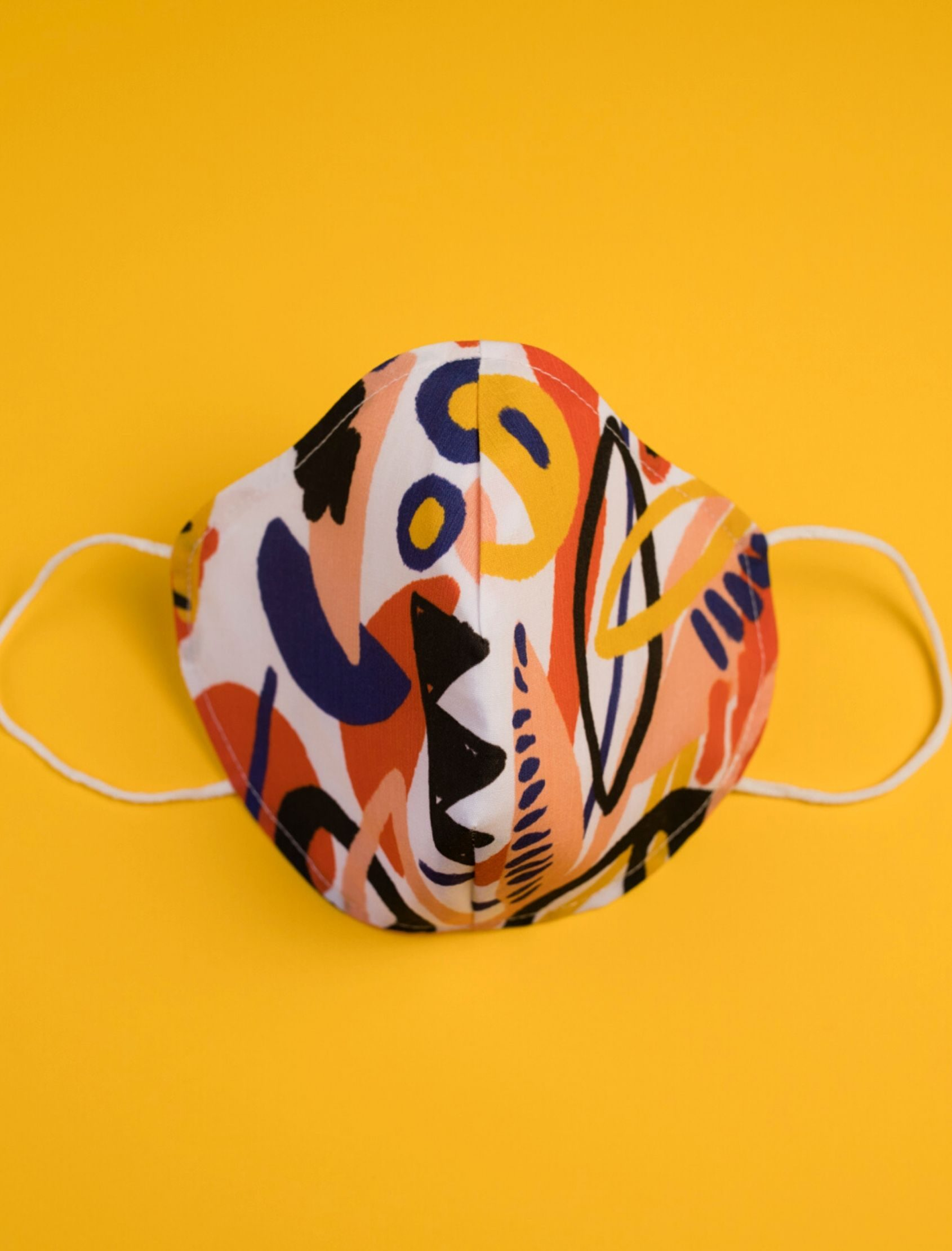 mascarilla moira con estampado geométrico multicolor diseñado por cris domínguez
