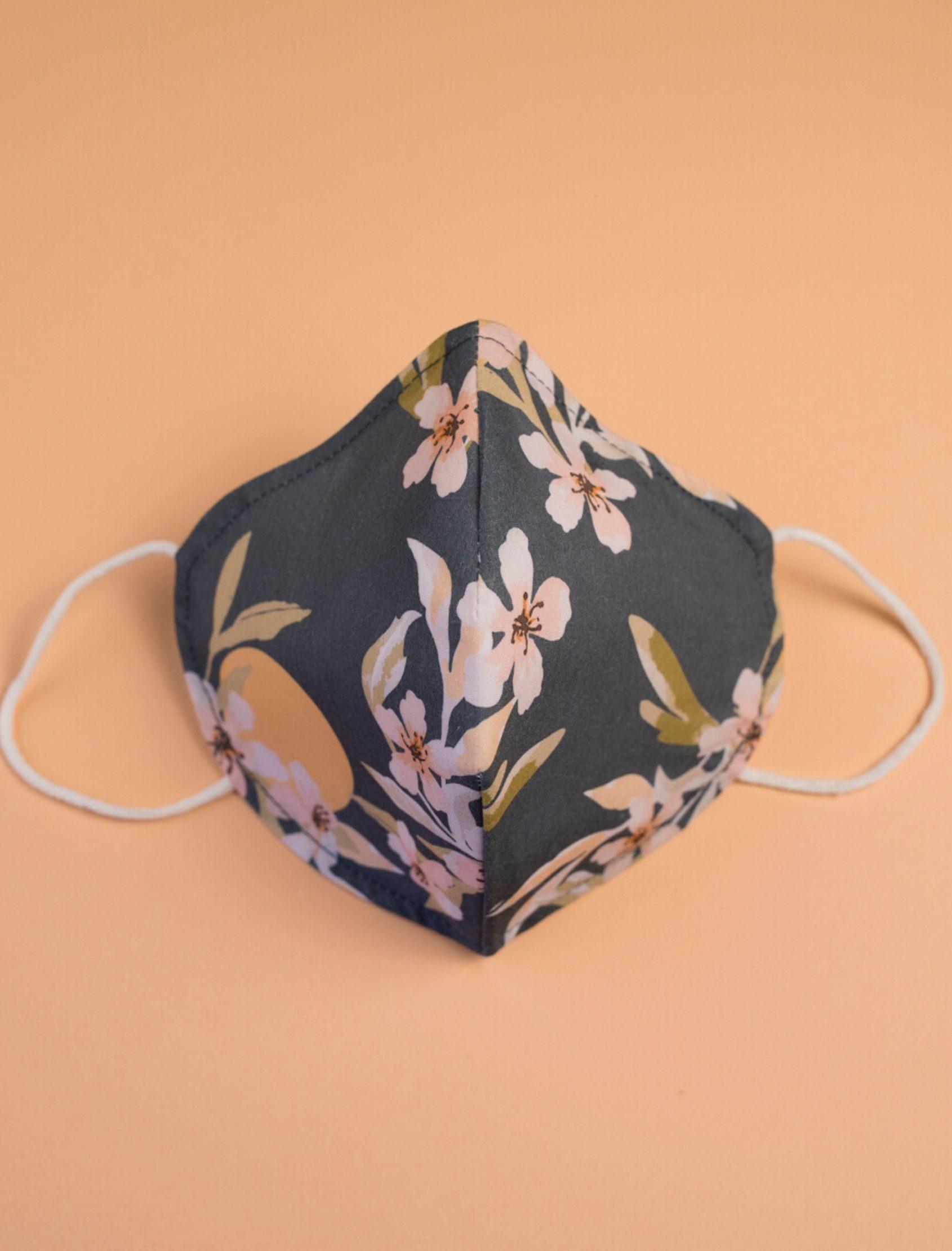 Mascarilla nora con estampado floral diseñado por cris domínguez con tejido homologado